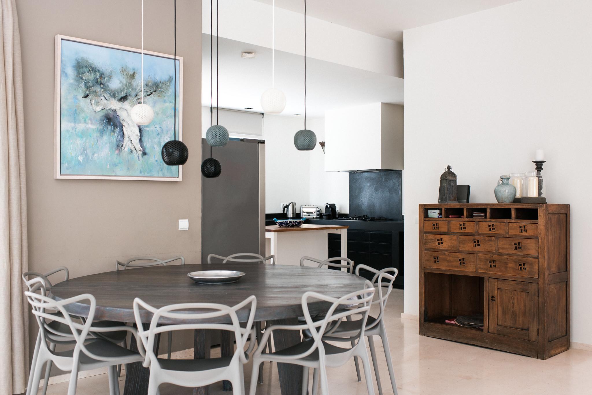 https://www.white-ibiza.com/wp-content/uploads/2020/05/white-ibiza-villas-casa-estrella-interior-inside-table.jpg