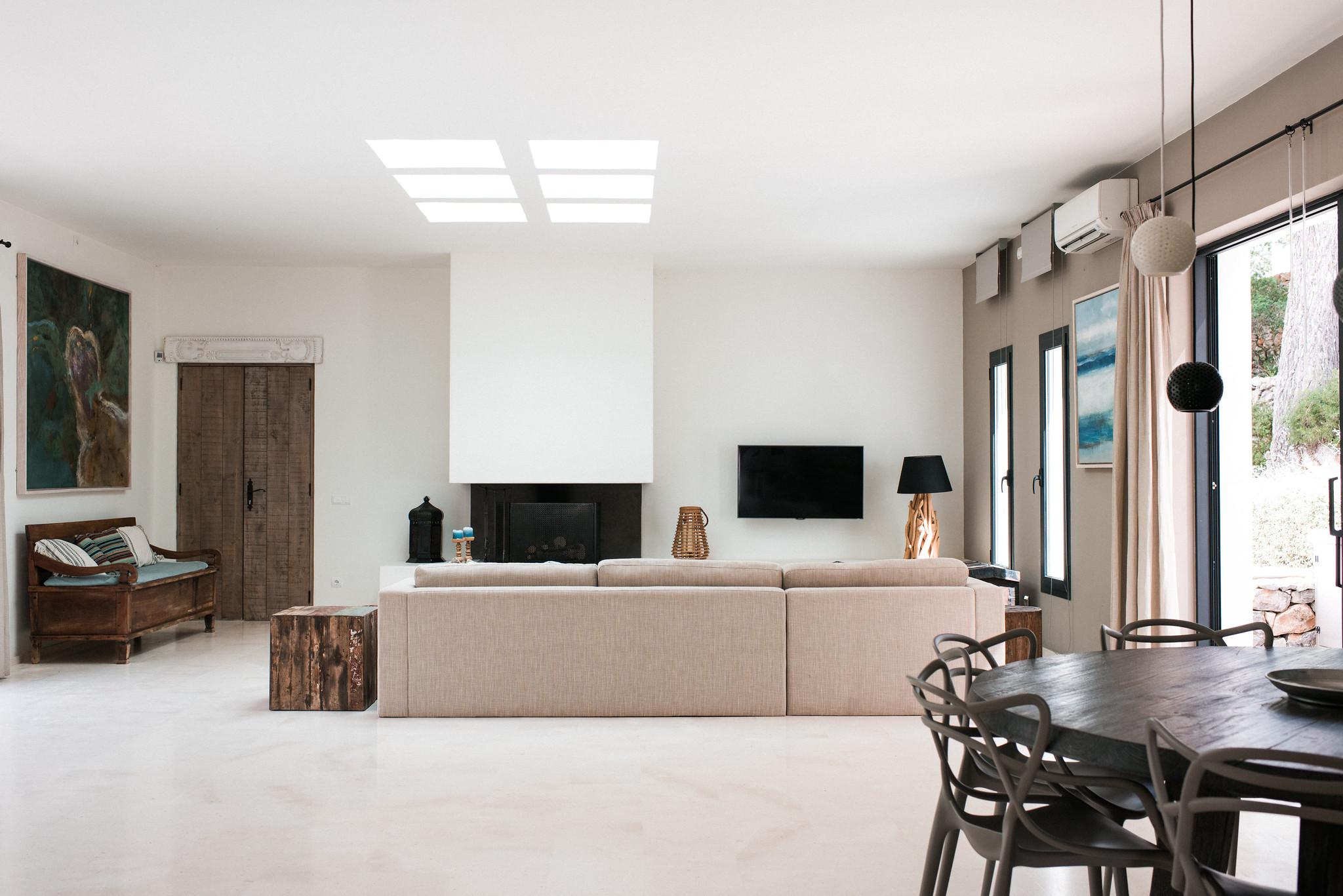 https://www.white-ibiza.com/wp-content/uploads/2020/05/white-ibiza-villas-casa-estrella-interior-living-area-2.jpg