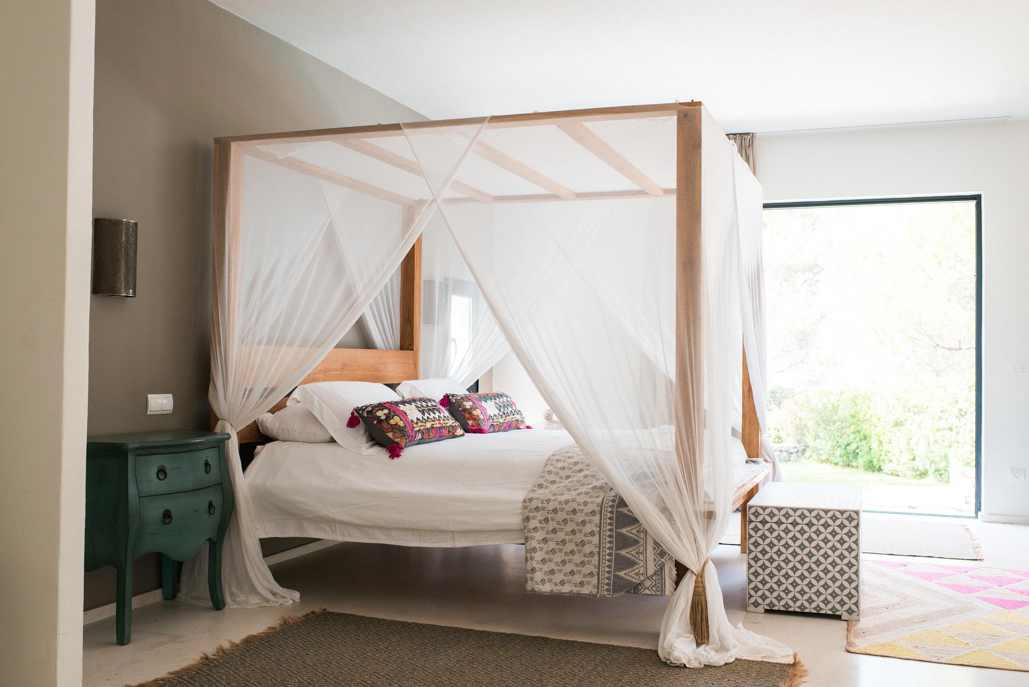 https://www.white-ibiza.com/wp-content/uploads/2020/05/white-ibiza-villas-casa-estrella-interior-master.jpg
