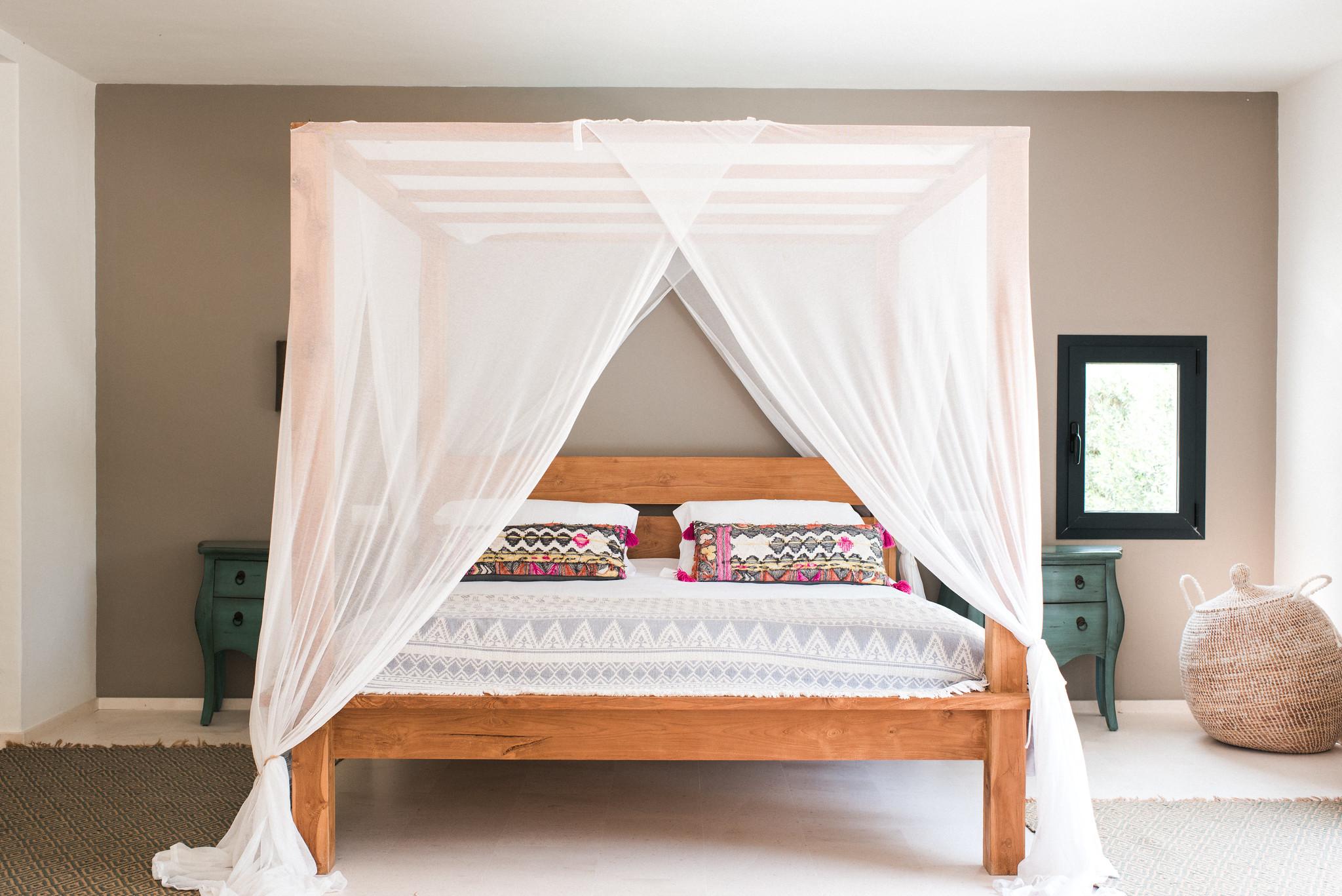 https://www.white-ibiza.com/wp-content/uploads/2020/05/white-ibiza-villas-casa-estrella-interior-master2.jpg
