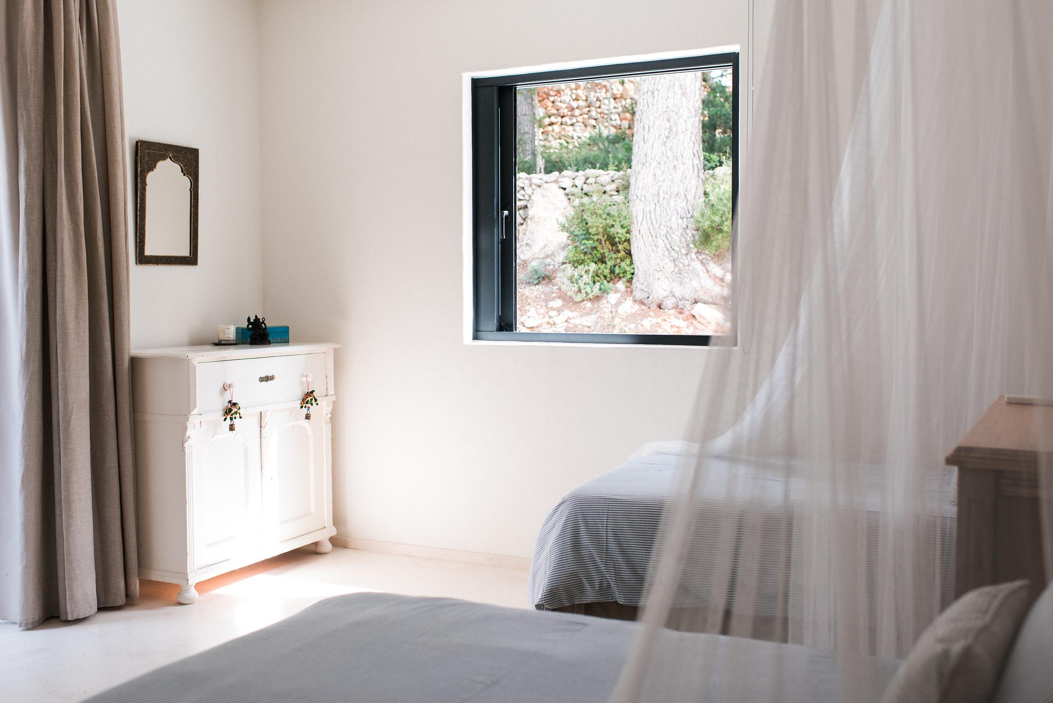 https://www.white-ibiza.com/wp-content/uploads/2020/05/white-ibiza-villas-casa-estrella-interior-twin-room2.jpg