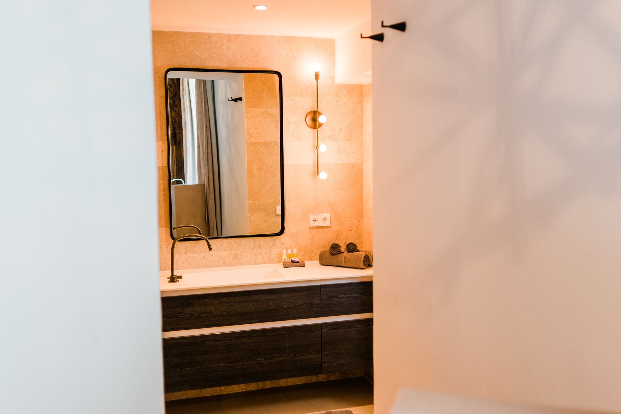 https://www.white-ibiza.com/wp-content/uploads/2020/06/white-ibiza-villas-can-calma-interior-bathroom2.jpg