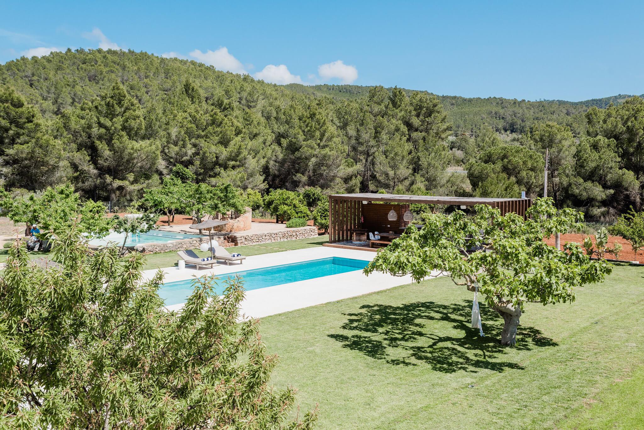 https://www.white-ibiza.com/wp-content/uploads/2020/06/white-ibiza-villas-can-carmen-exterior-garden.jpg