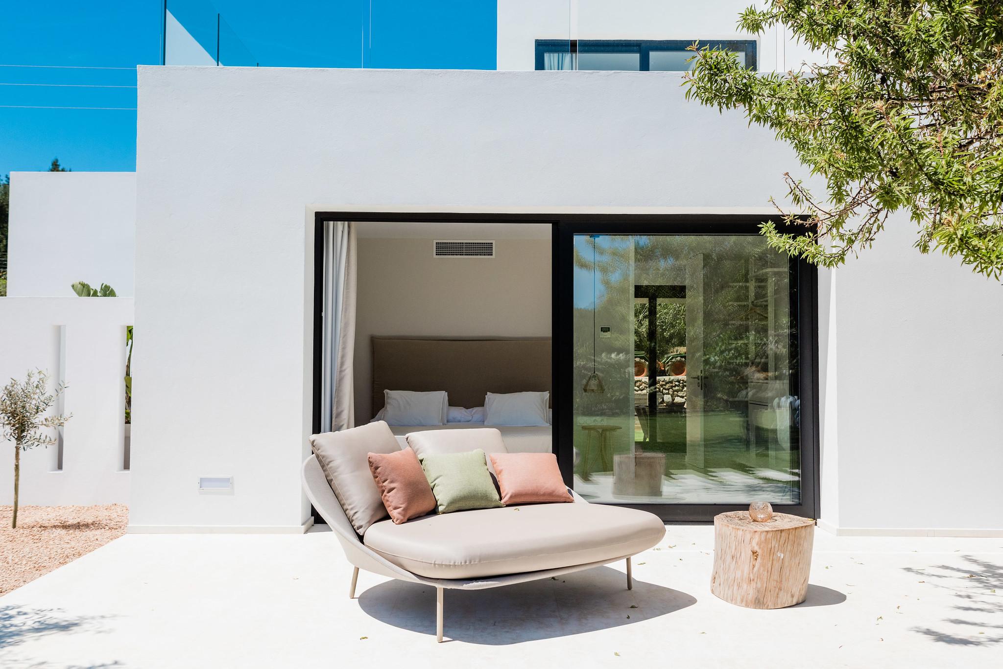 https://www.white-ibiza.com/wp-content/uploads/2020/06/white-ibiza-villas-can-carmen-exterior-seating.jpg