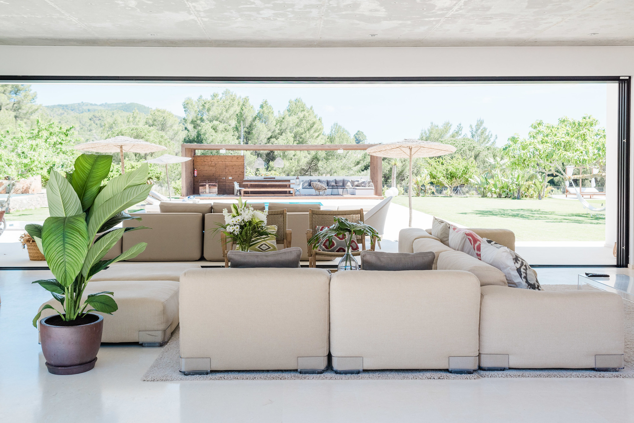 https://www.white-ibiza.com/wp-content/uploads/2020/06/white-ibiza-villas-can-carmen-interior-living-space-2.jpg