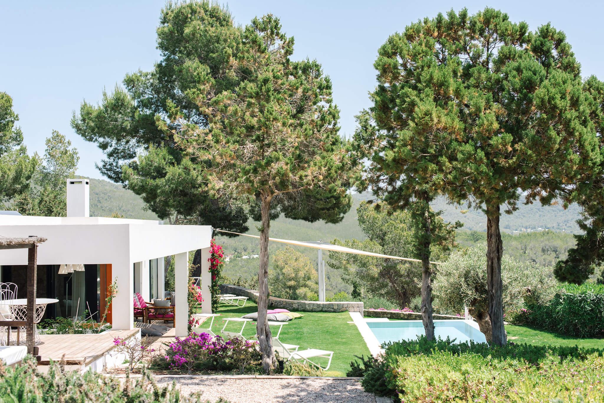 https://www.white-ibiza.com/wp-content/uploads/2020/06/white-ibiza-villas-can-jondal-exterior-from-entrance.jpg