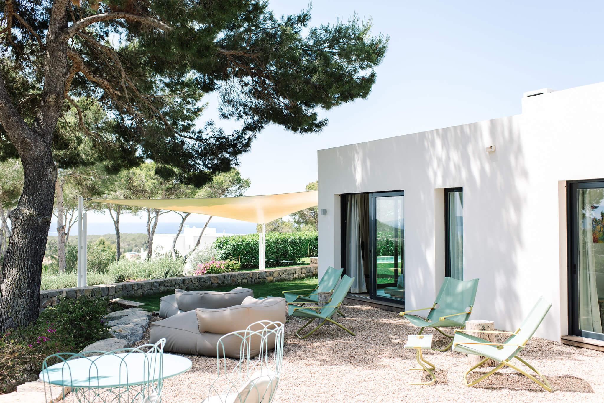 https://www.white-ibiza.com/wp-content/uploads/2020/06/white-ibiza-villas-can-jondal-exterior-seating.jpg