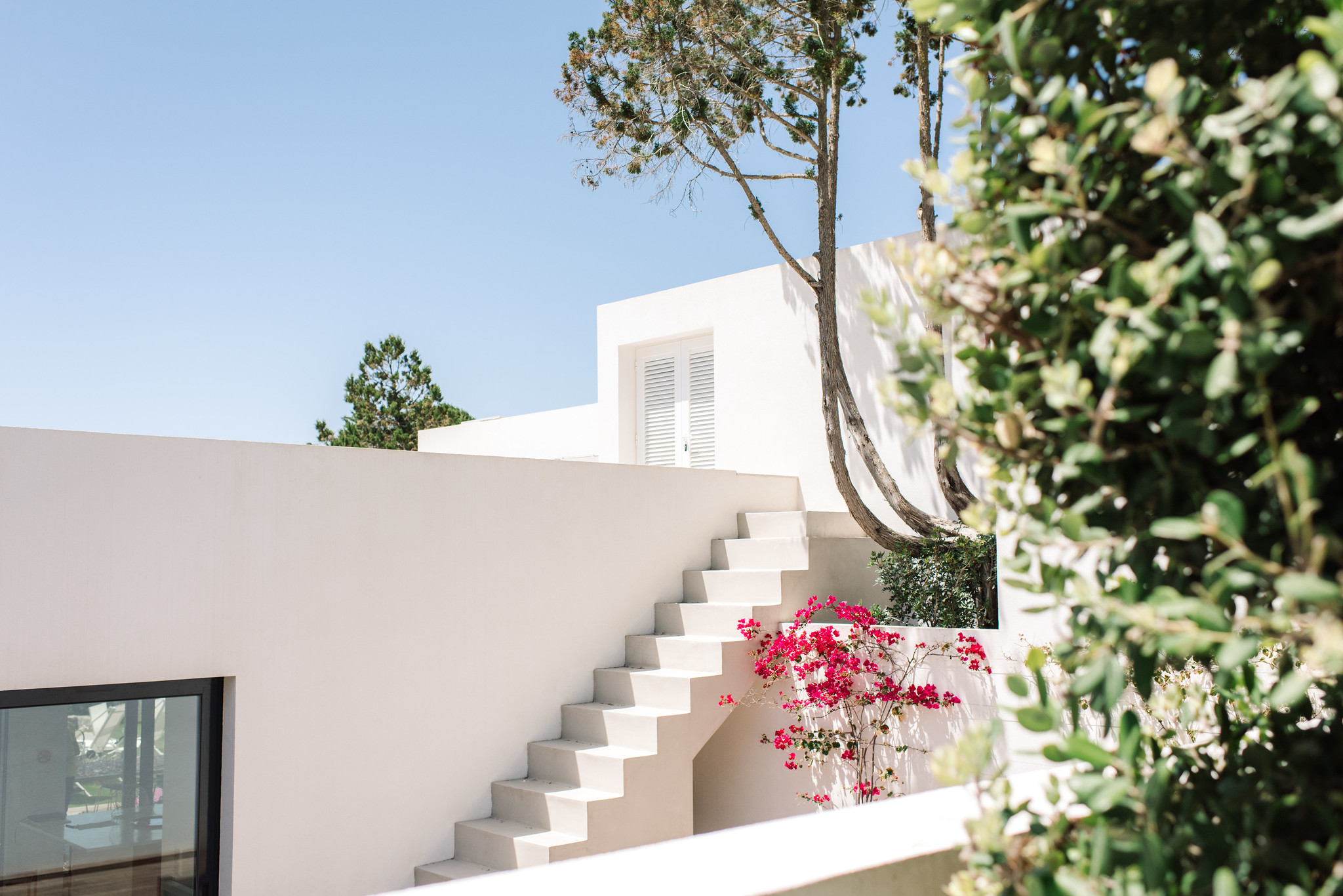 https://www.white-ibiza.com/wp-content/uploads/2020/06/white-ibiza-villas-can-jondal-exterior-stairs-1.jpg