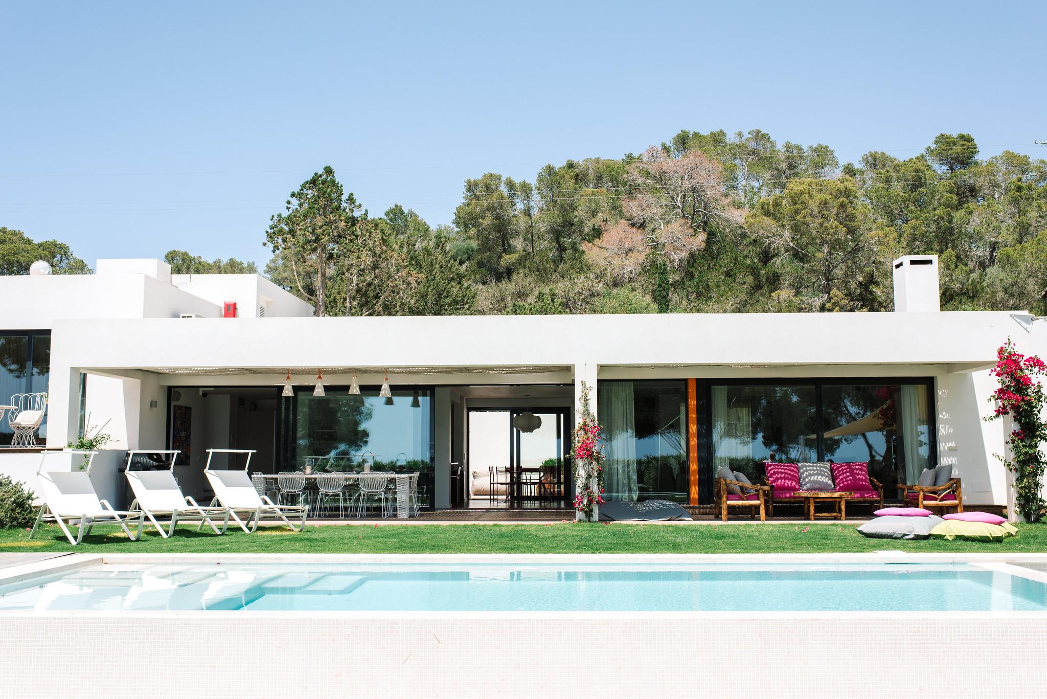 https://www.white-ibiza.com/wp-content/uploads/2020/06/white-ibiza-villas-can-jondal-exterior-view-to-house-1.jpg