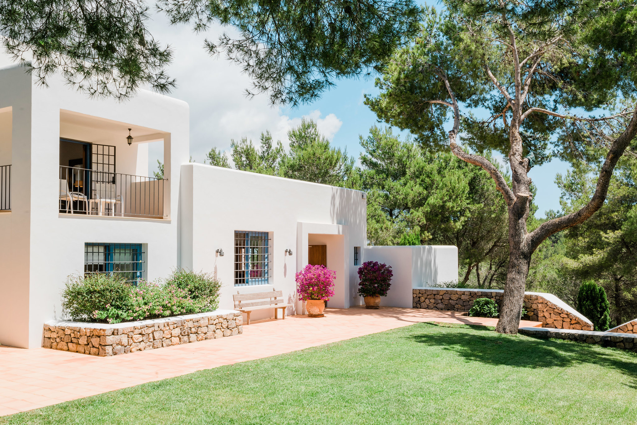 https://www.white-ibiza.com/wp-content/uploads/2020/06/white-ibiza-villas-can-madera-exterior-front-entrance.jpg