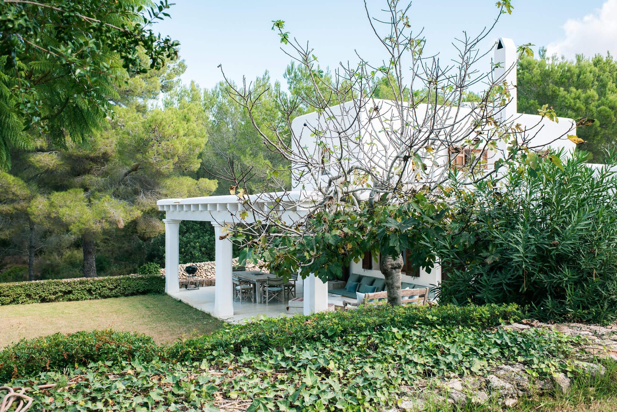 https://www.white-ibiza.com/wp-content/uploads/2020/06/white-ibiza-villas-casa-arabella-exterior-garden-high.jpg