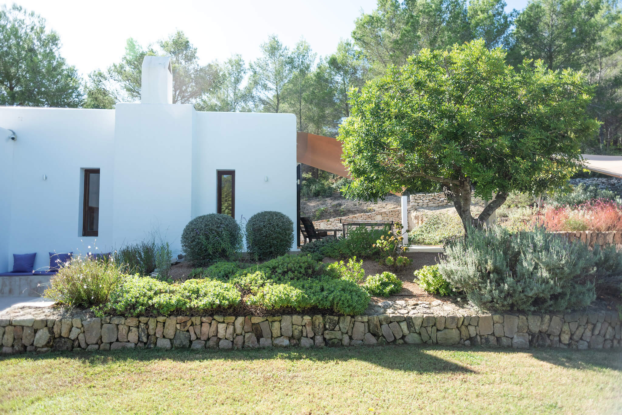 https://www.white-ibiza.com/wp-content/uploads/2020/06/white-ibiza-villas-casa-arabella-exterior-garden2.jpg
