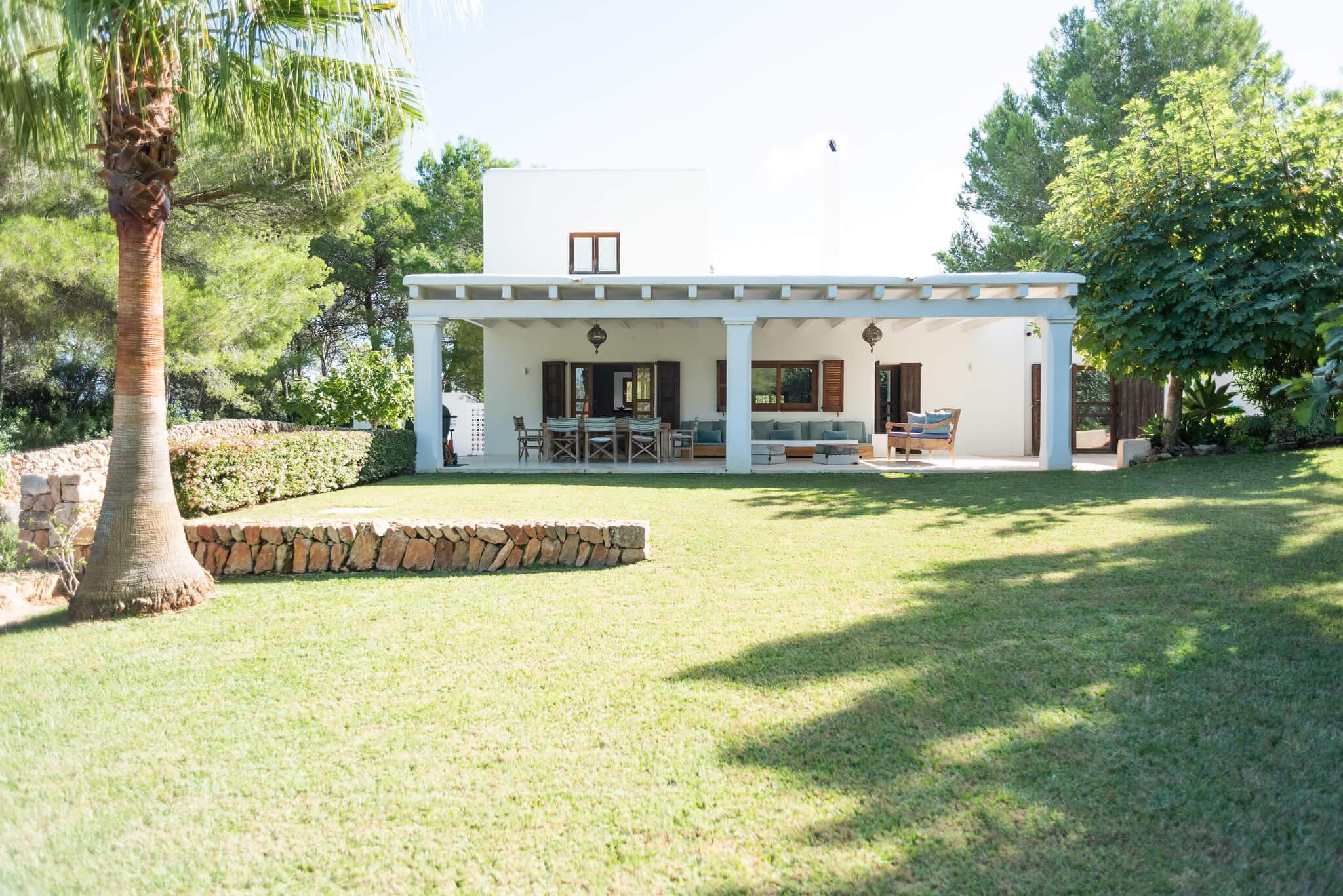 https://www.white-ibiza.com/wp-content/uploads/2020/06/white-ibiza-villas-casa-arabella-exterior-lawn-afar.jpg