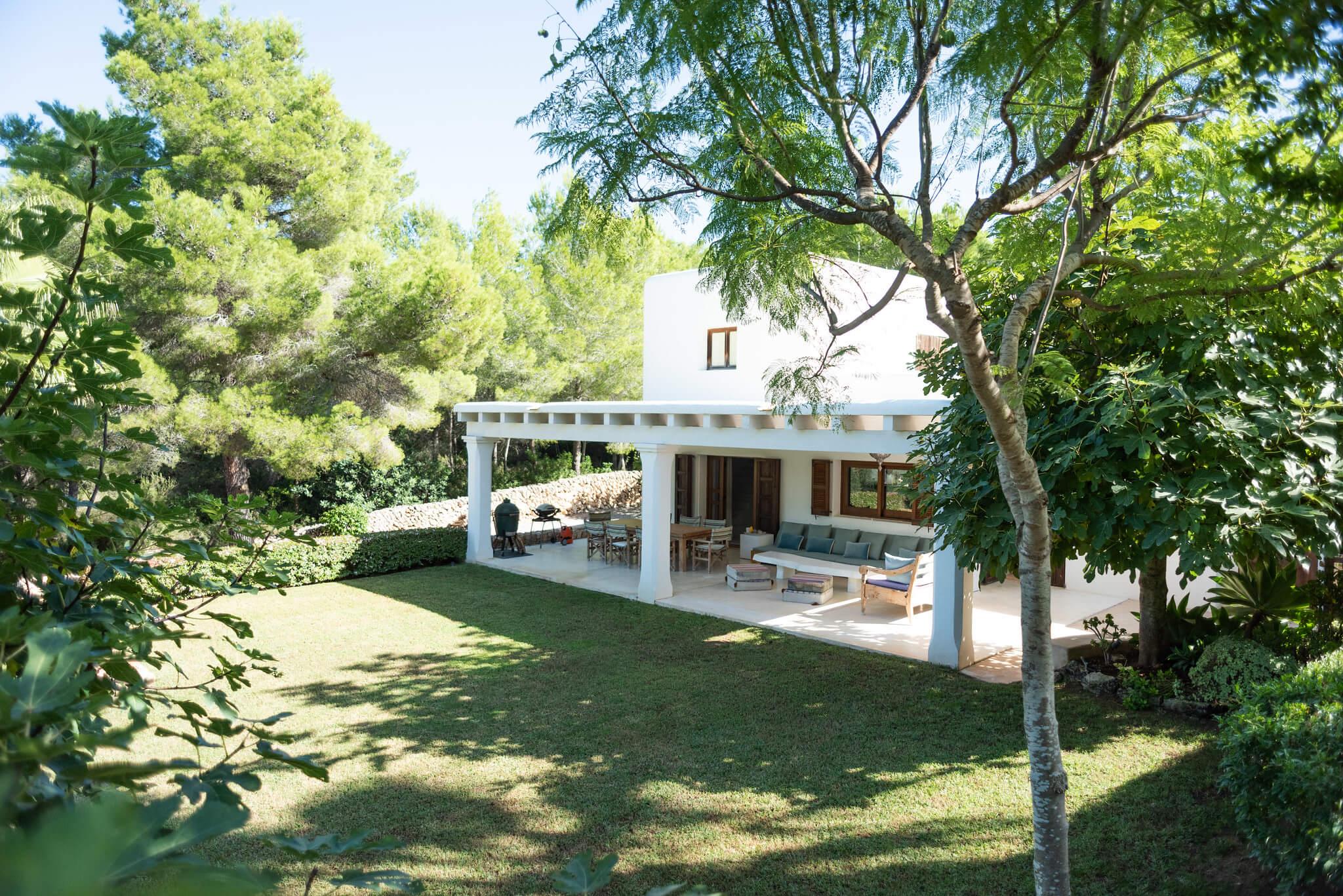https://www.white-ibiza.com/wp-content/uploads/2020/06/white-ibiza-villas-casa-arabella-exterior-lawn.jpg