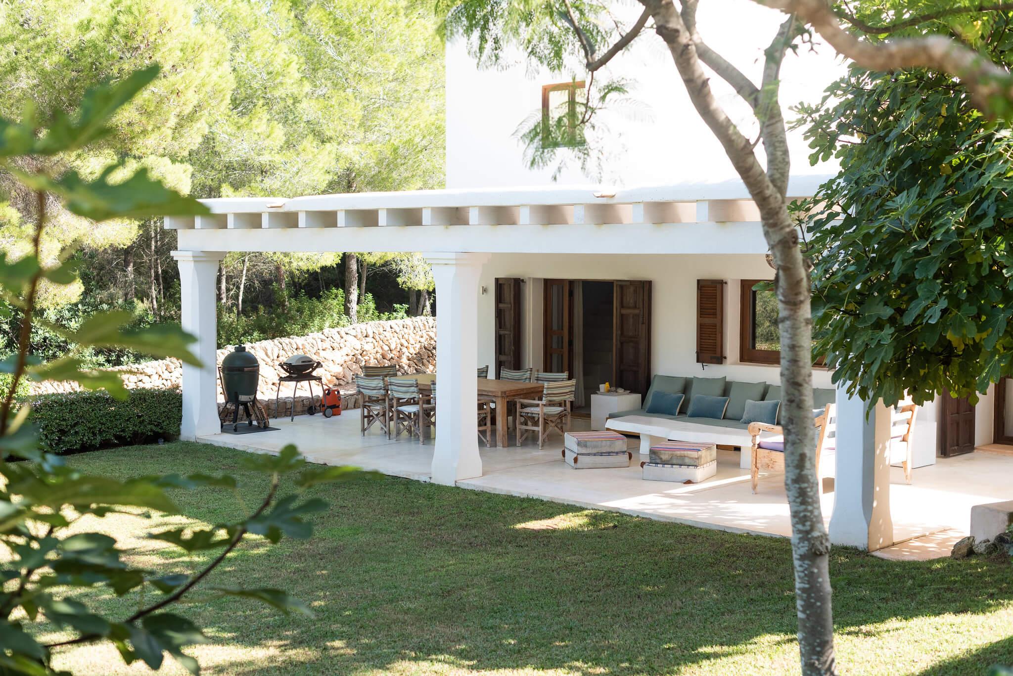 https://www.white-ibiza.com/wp-content/uploads/2020/06/white-ibiza-villas-casa-arabella-exterior-lawn2.jpg