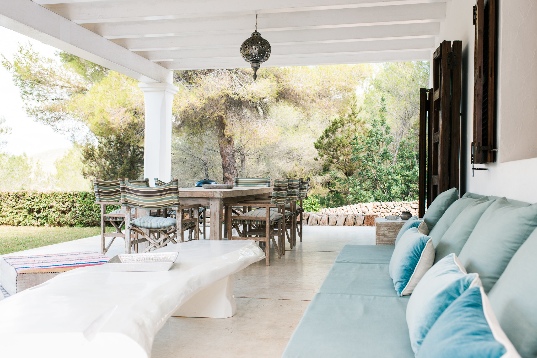 https://www.white-ibiza.com/wp-content/uploads/2020/06/white-ibiza-villas-casa-arabella-exterior-outside-dining2.jpg
