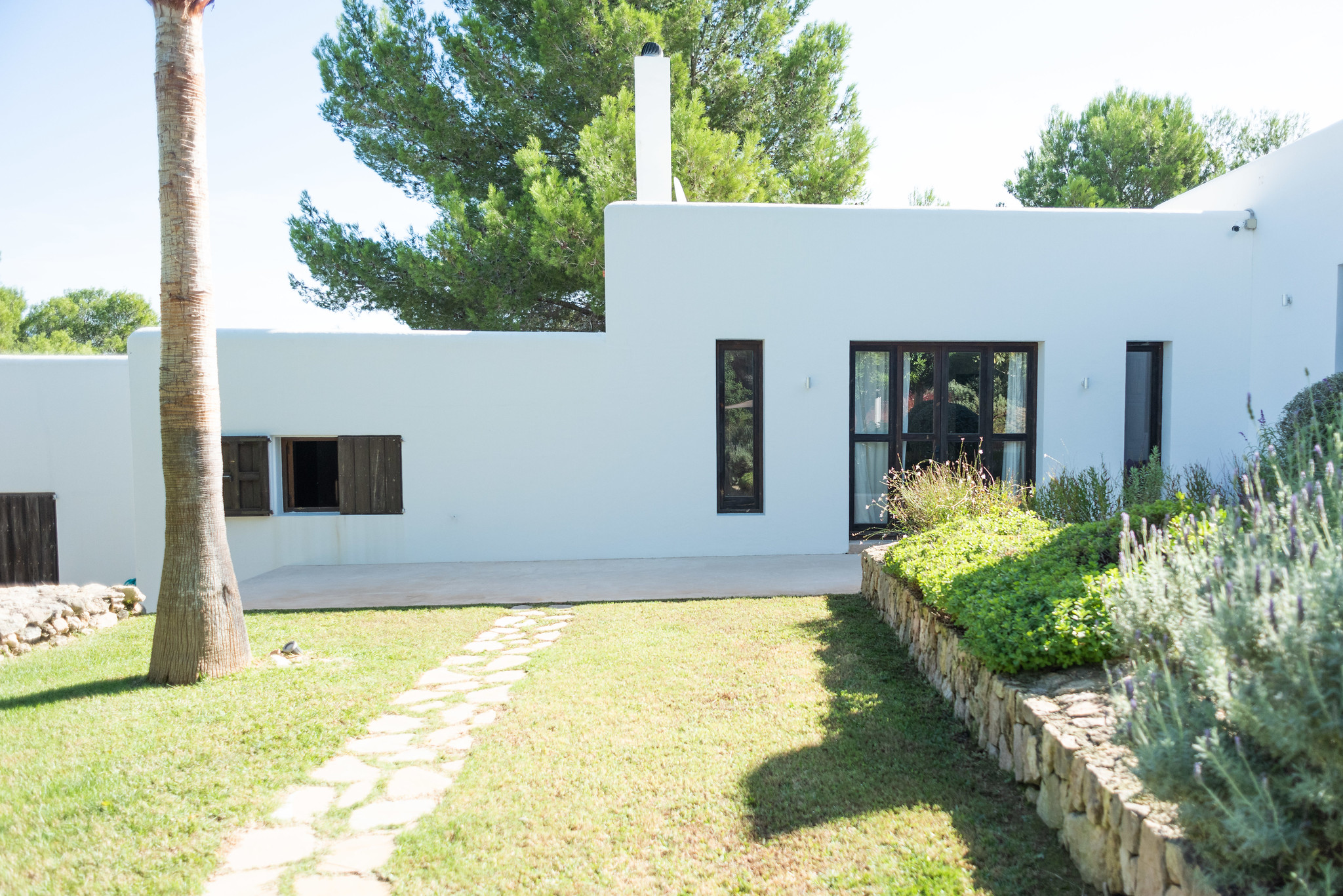https://www.white-ibiza.com/wp-content/uploads/2020/06/white-ibiza-villas-casa-arabella-exterior-outside.jpg