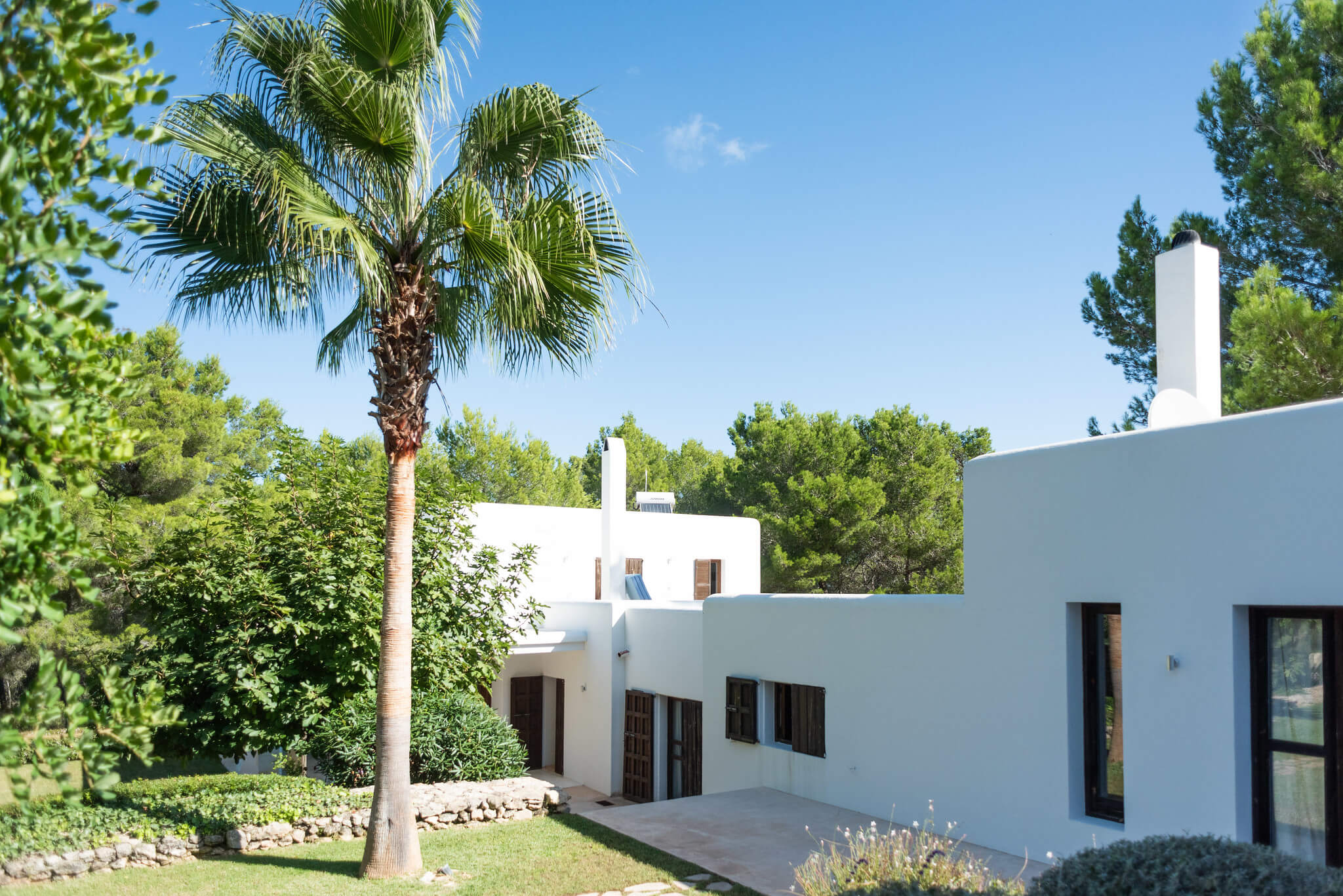 https://www.white-ibiza.com/wp-content/uploads/2020/06/white-ibiza-villas-casa-arabella-exterior-side.jpg