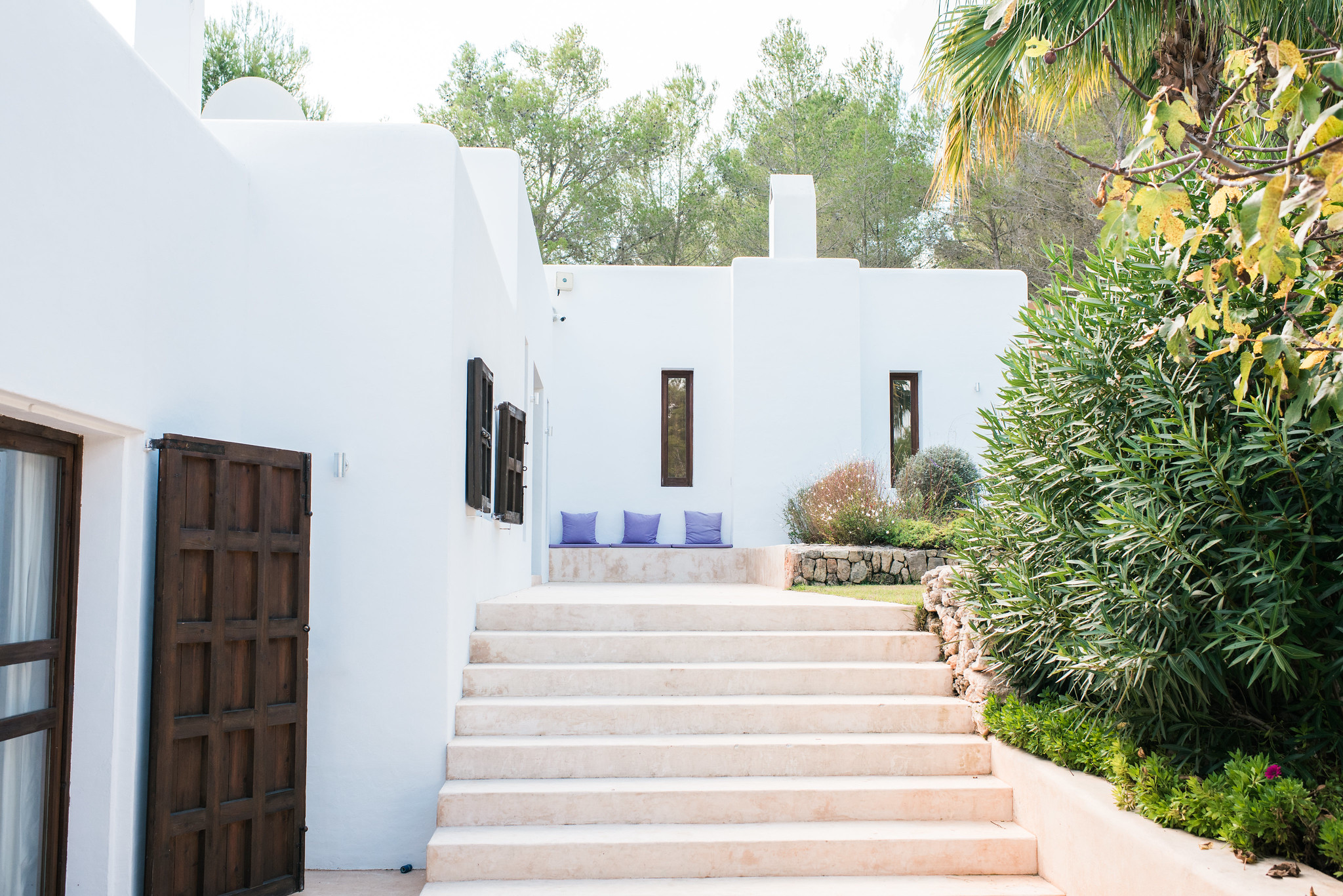 https://www.white-ibiza.com/wp-content/uploads/2020/06/white-ibiza-villas-casa-arabella-exterior-steps.jpg