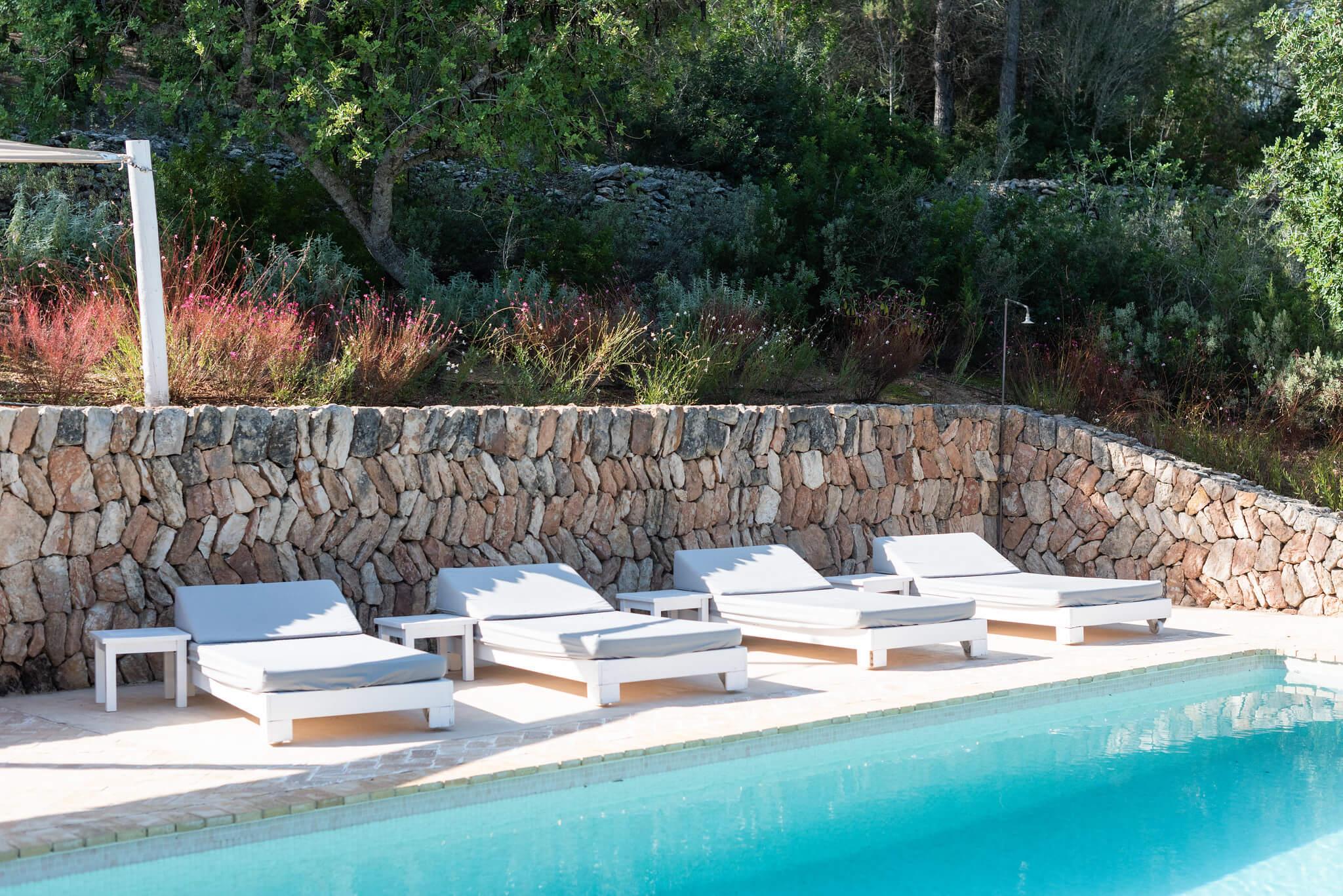 https://www.white-ibiza.com/wp-content/uploads/2020/06/white-ibiza-villas-casa-arabella-exterior-sunloungers.jpg