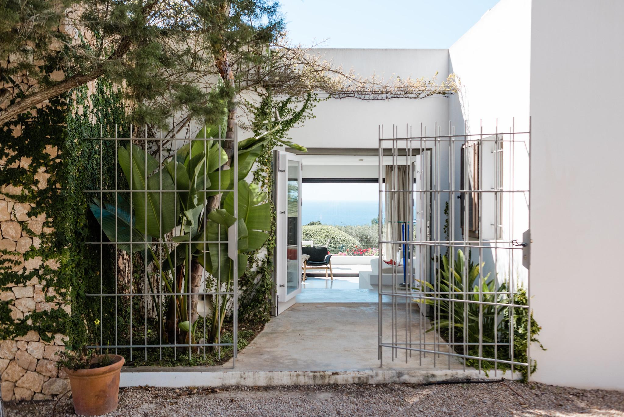https://www.white-ibiza.com/wp-content/uploads/2020/06/white-ibiza-villas-casa-nyah-exterior-entrance.jpg