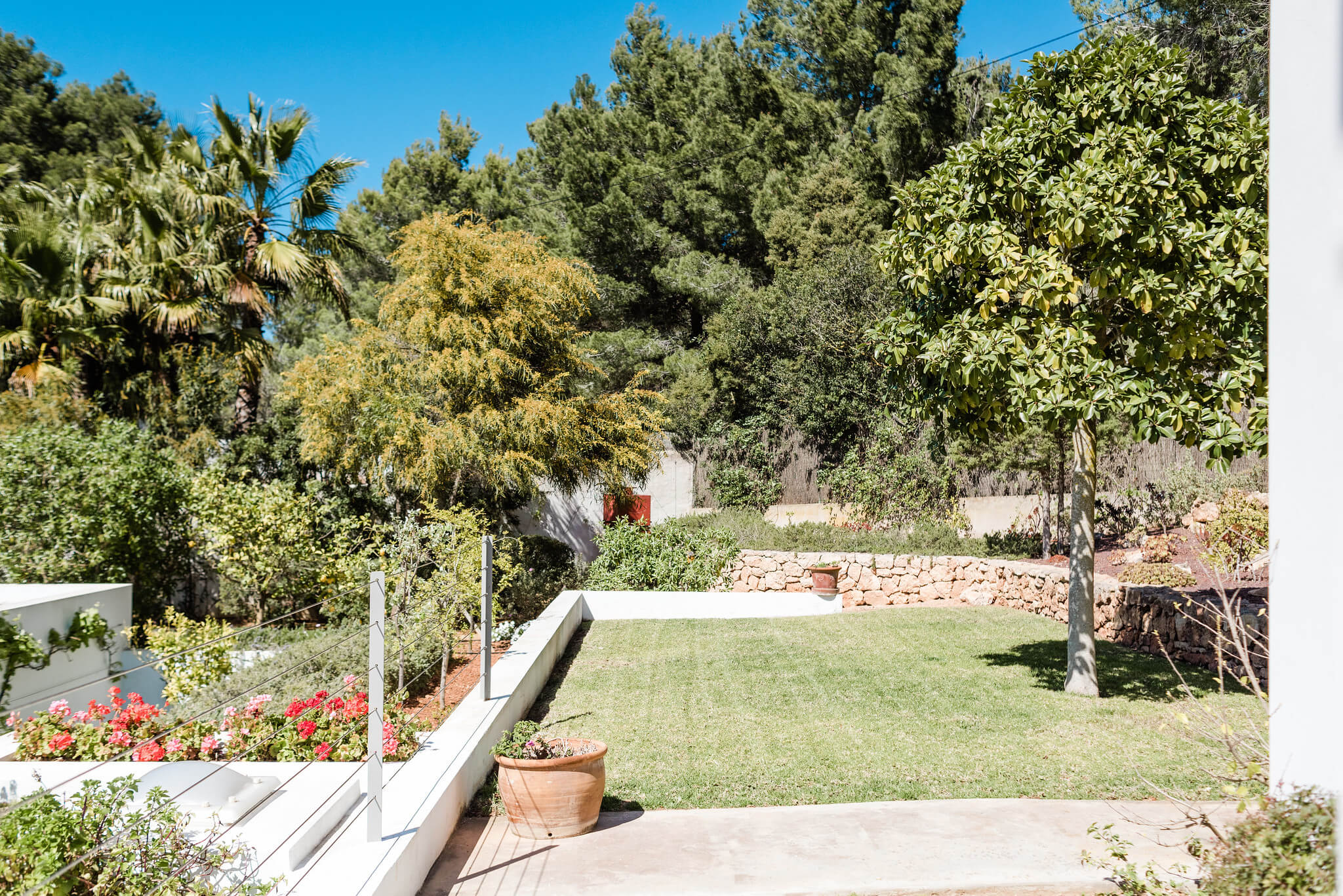https://www.white-ibiza.com/wp-content/uploads/2020/06/white-ibiza-villas-casa-nyah-exterior-garden2.jpg