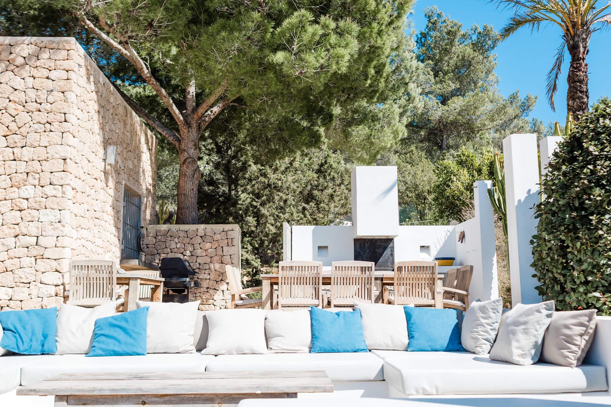 https://www.white-ibiza.com/wp-content/uploads/2020/06/white-ibiza-villas-casa-nyah-exterior-outside-seating.jpg