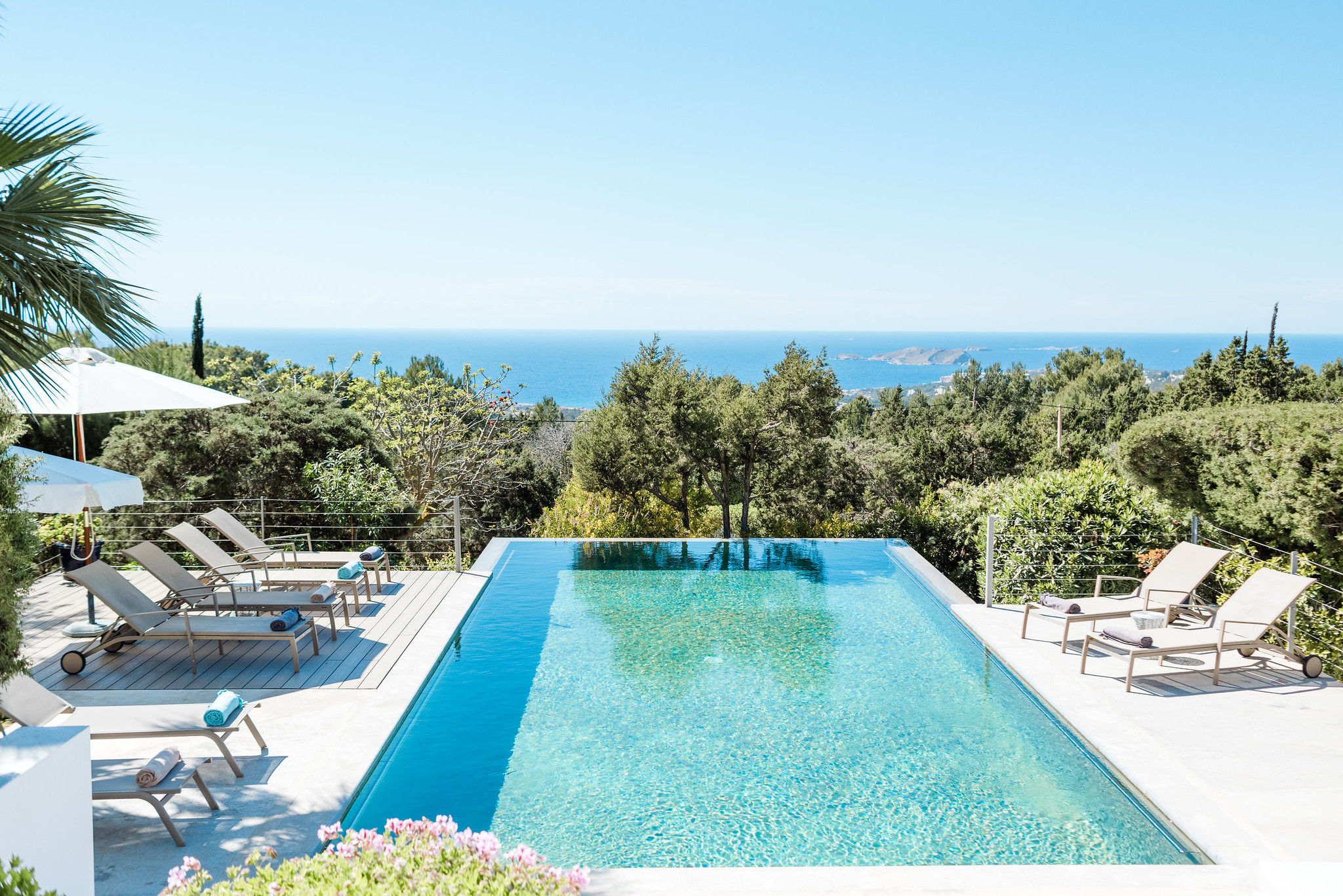 https://www.white-ibiza.com/wp-content/uploads/2020/06/white-ibiza-villas-casa-nyah-exterior-pool-view4.jpg