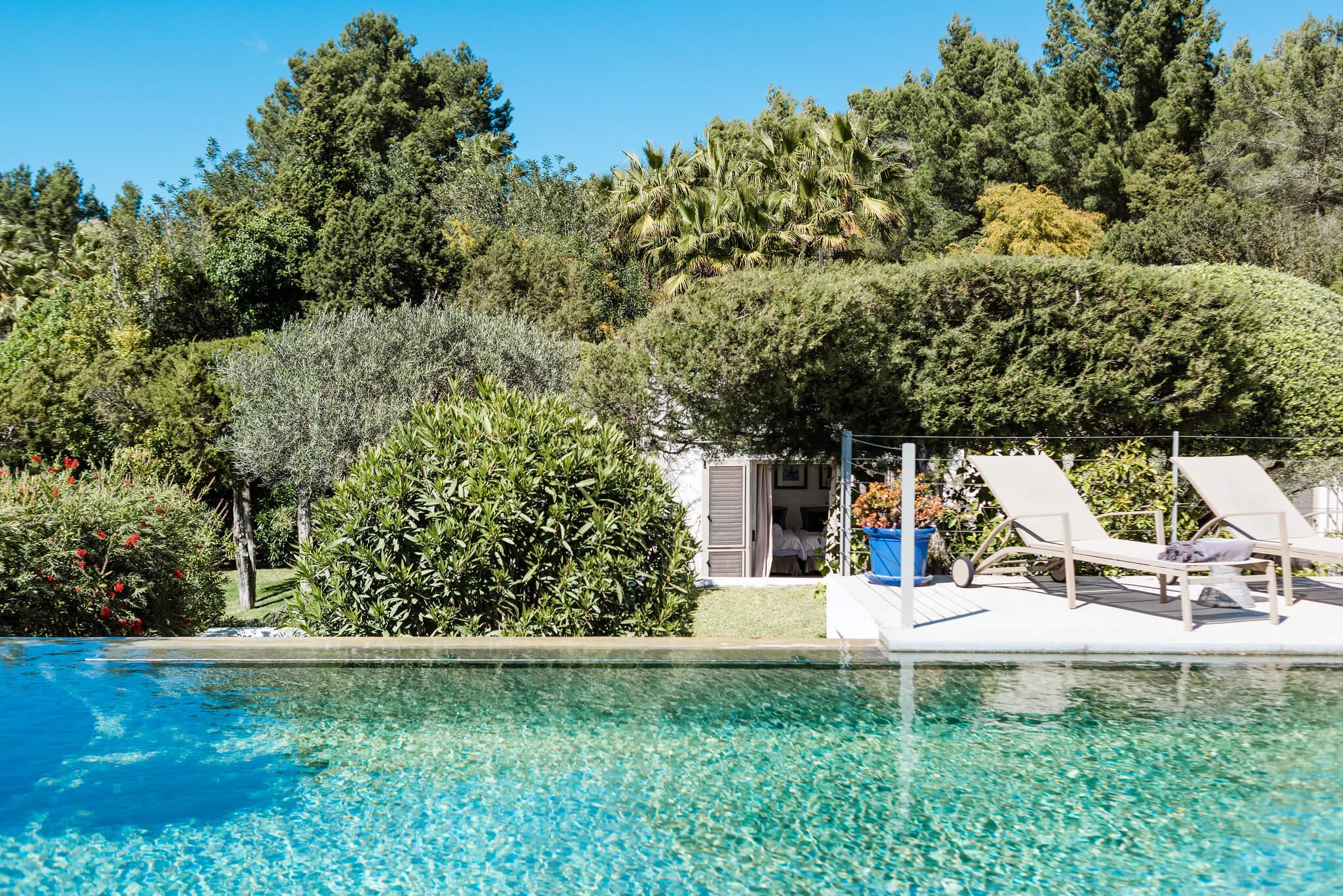 https://www.white-ibiza.com/wp-content/uploads/2020/06/white-ibiza-villas-casa-nyah-exterior-pool-water.jpg