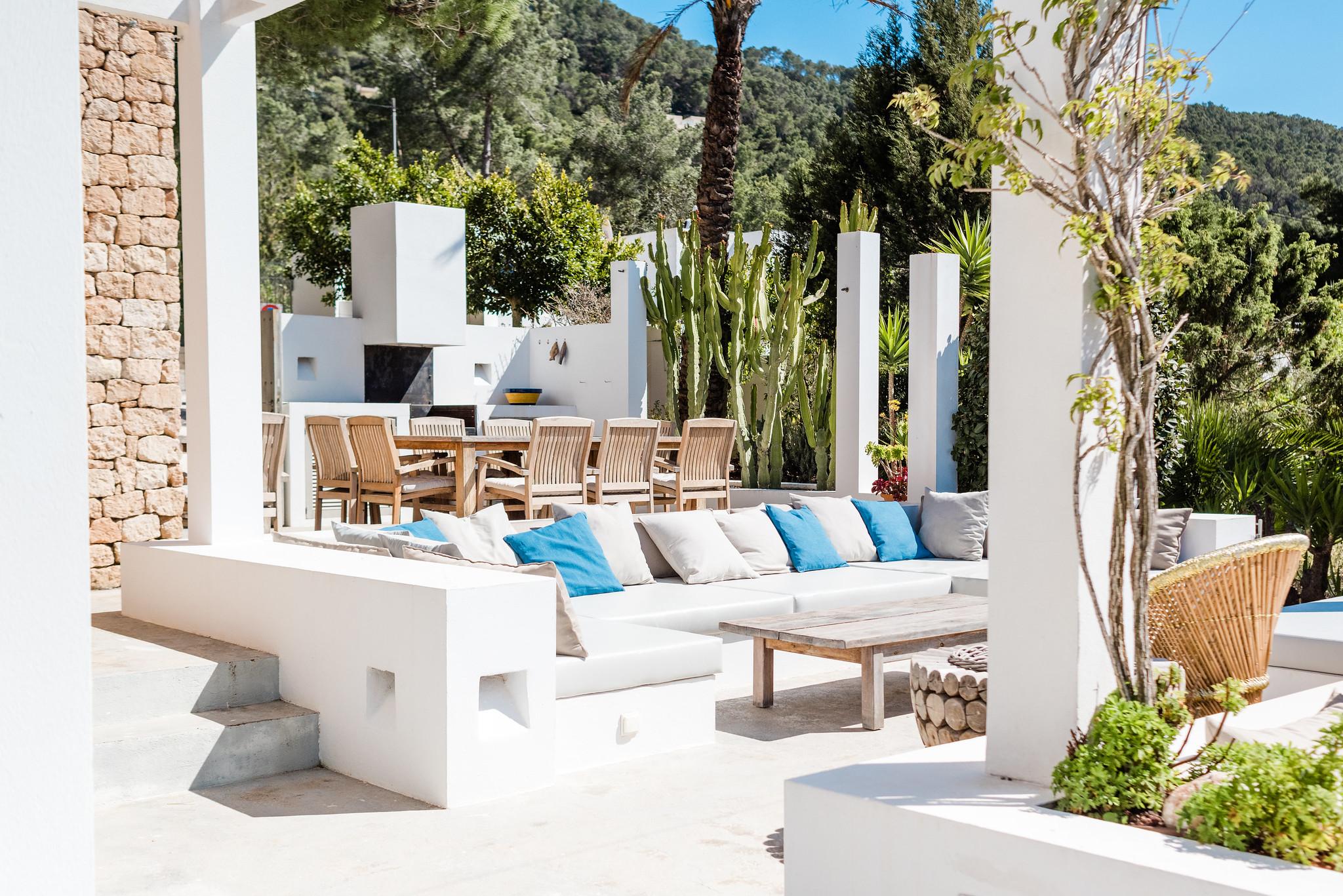 https://www.white-ibiza.com/wp-content/uploads/2020/06/white-ibiza-villas-casa-nyah-exterior-seating-area.jpg