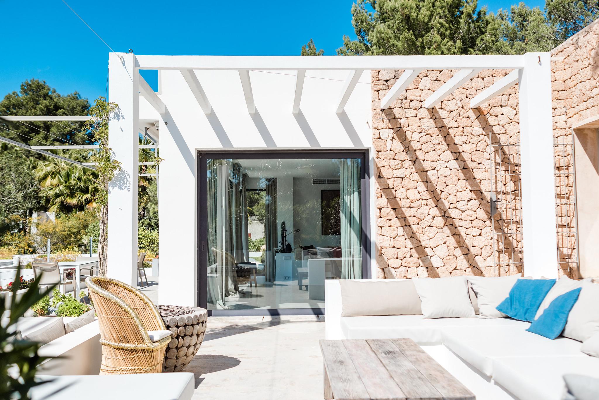 https://www.white-ibiza.com/wp-content/uploads/2020/06/white-ibiza-villas-casa-nyah-exterior-soutside-seating2.jpg