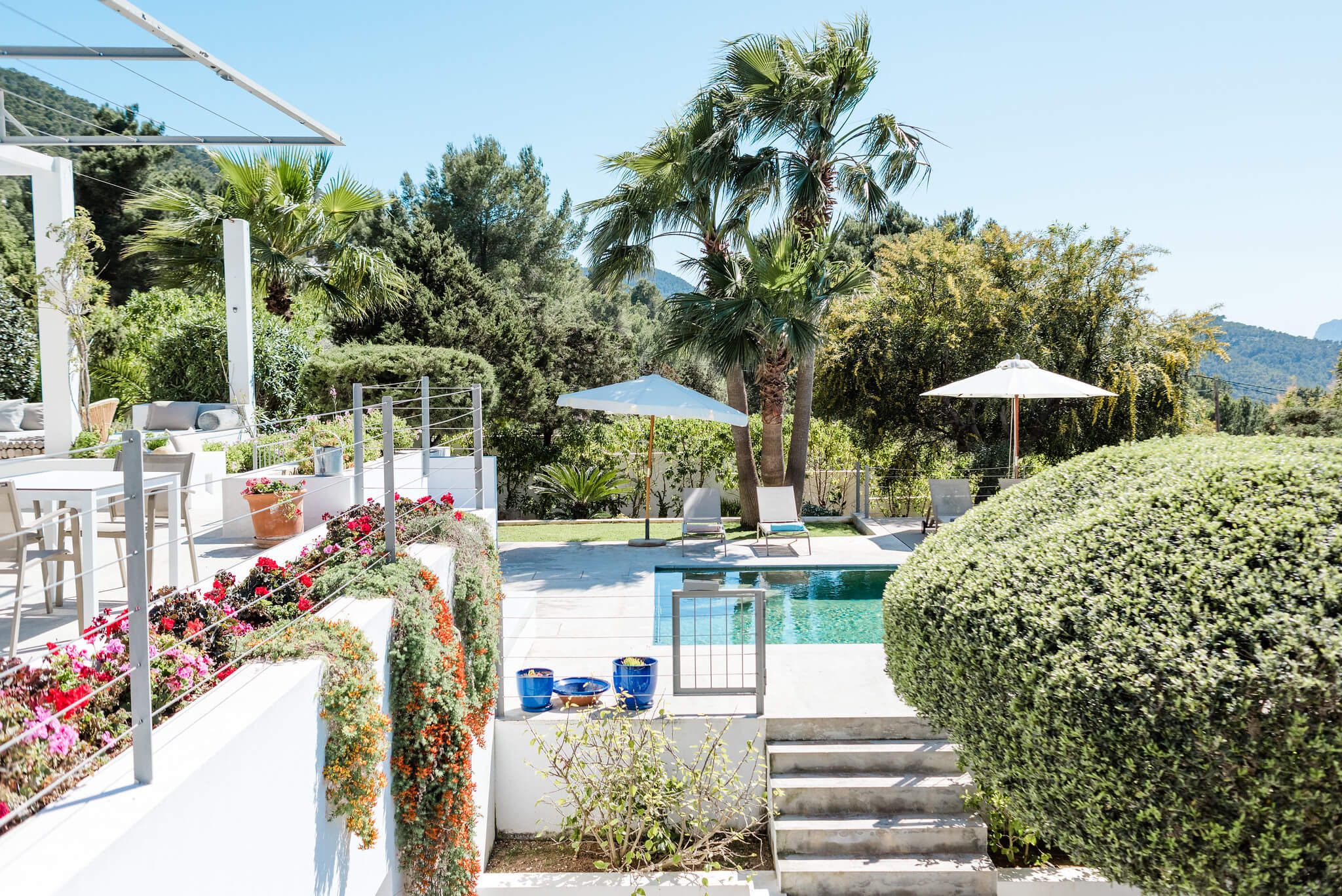 https://www.white-ibiza.com/wp-content/uploads/2020/06/white-ibiza-villas-casa-nyah-exterior-steps-to-pool.jpg