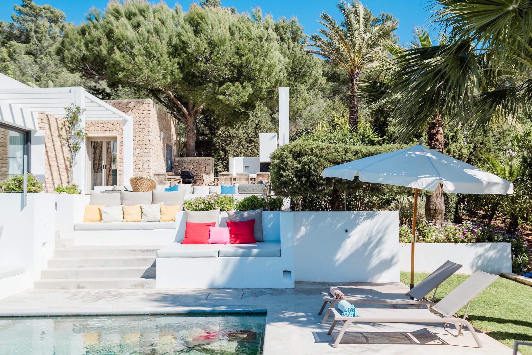 https://www.white-ibiza.com/wp-content/uploads/2020/06/white-ibiza-villas-casa-nyah-exterior-sunloungers.jpg