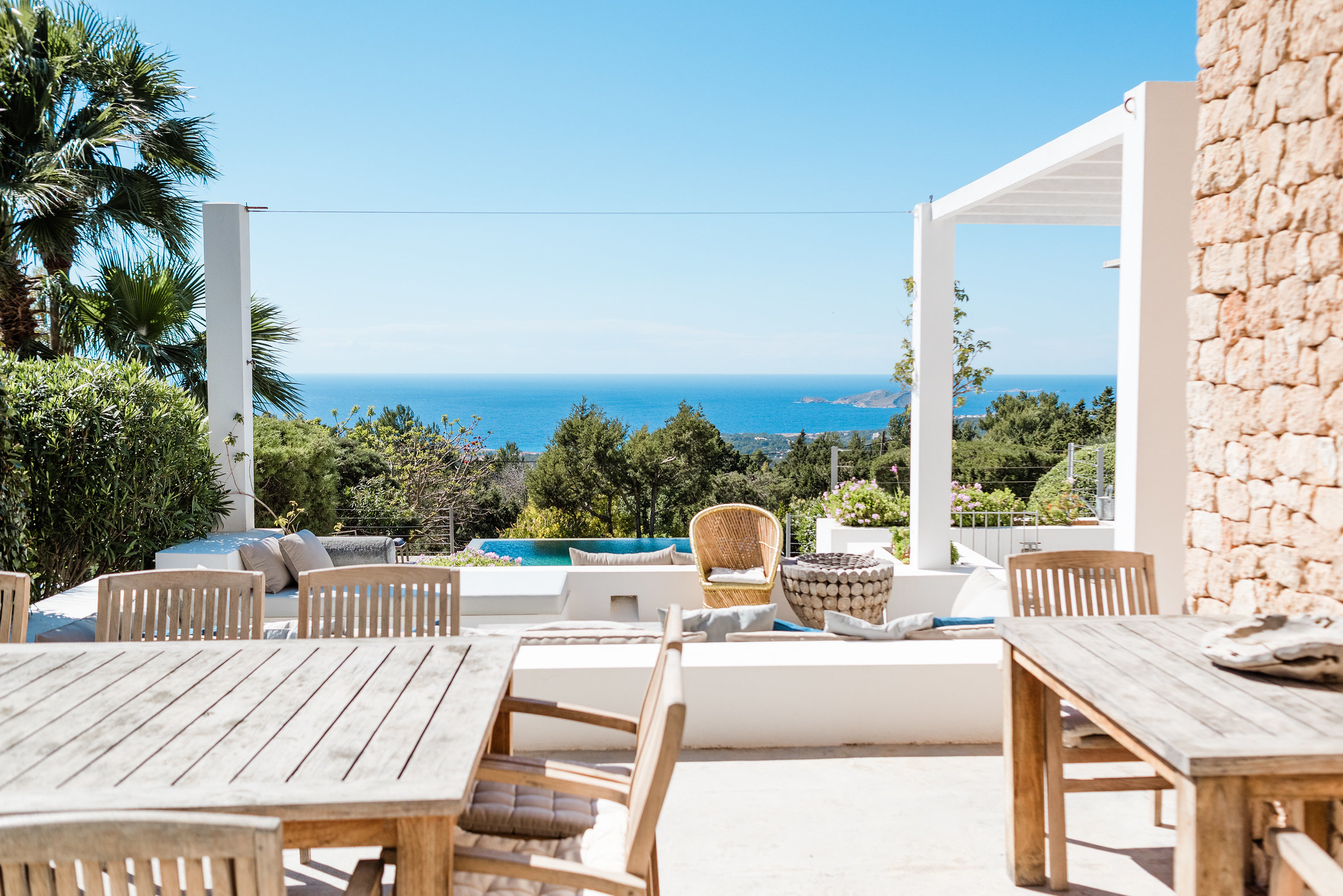 https://www.white-ibiza.com/wp-content/uploads/2020/06/white-ibiza-villas-casa-nyah-exterior-terrace-view2.jpg