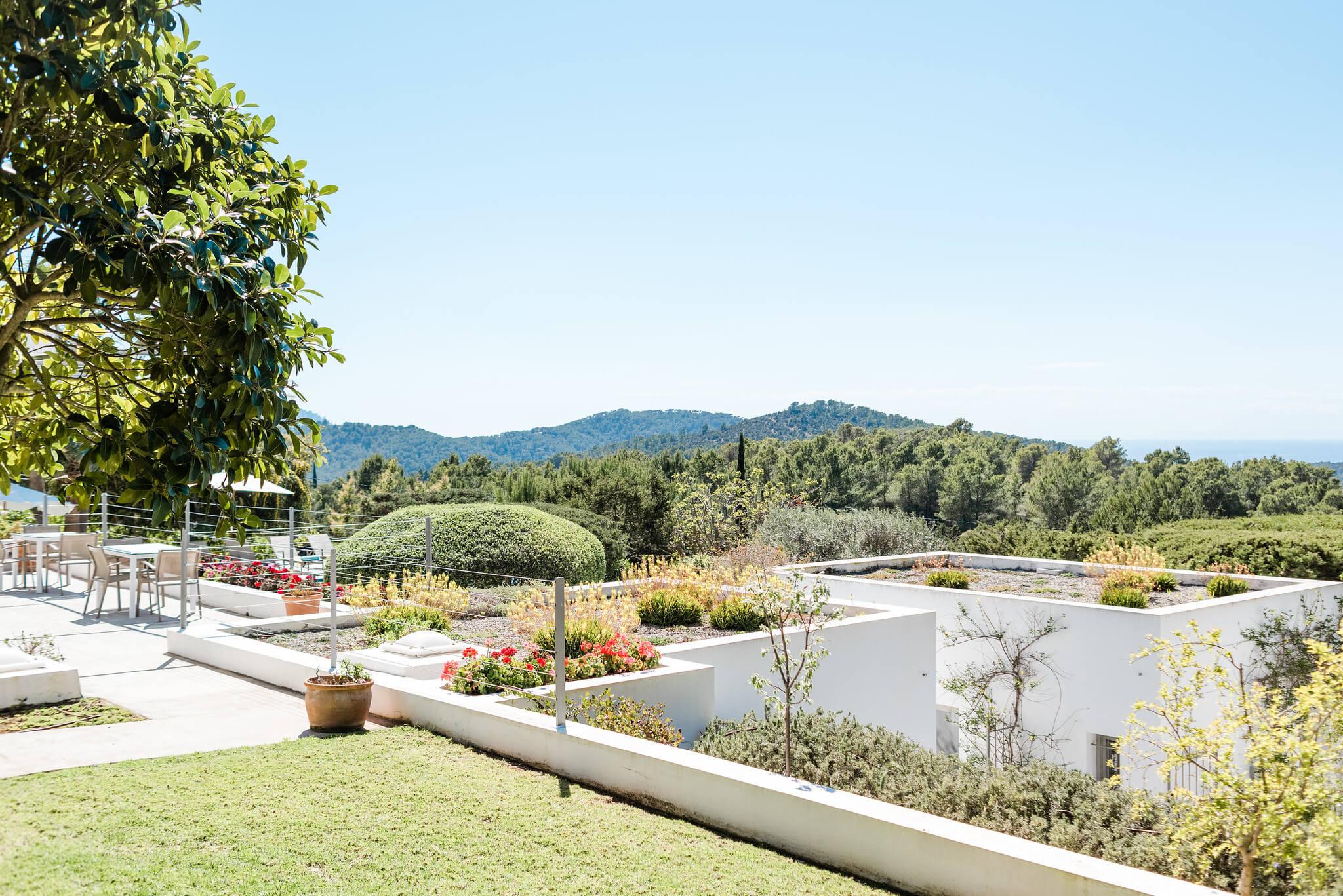 https://www.white-ibiza.com/wp-content/uploads/2020/06/white-ibiza-villas-casa-nyah-exterior-view-grass.jpg
