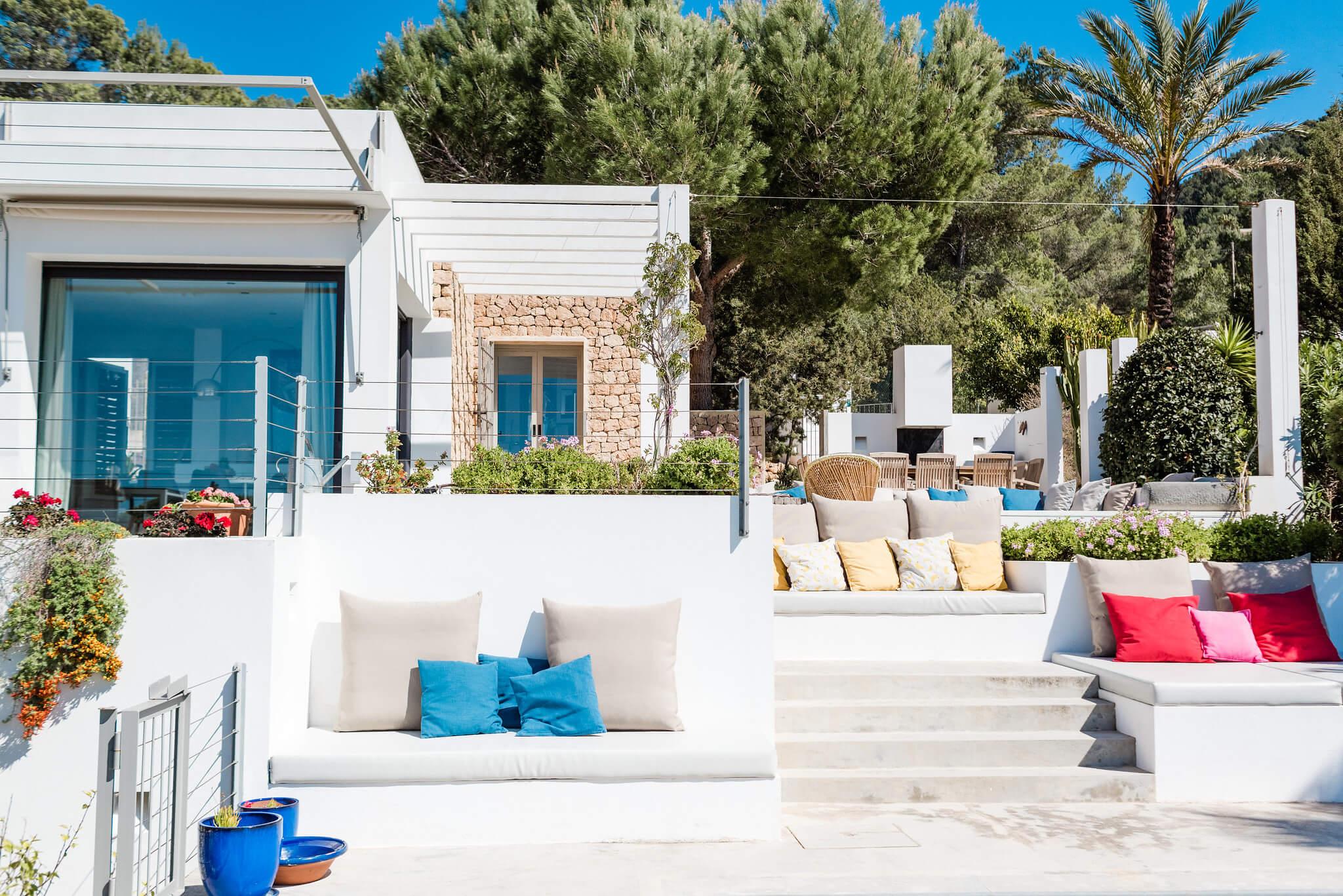 https://www.white-ibiza.com/wp-content/uploads/2020/06/white-ibiza-villas-casa-nyah-exterior-view-up.jpg