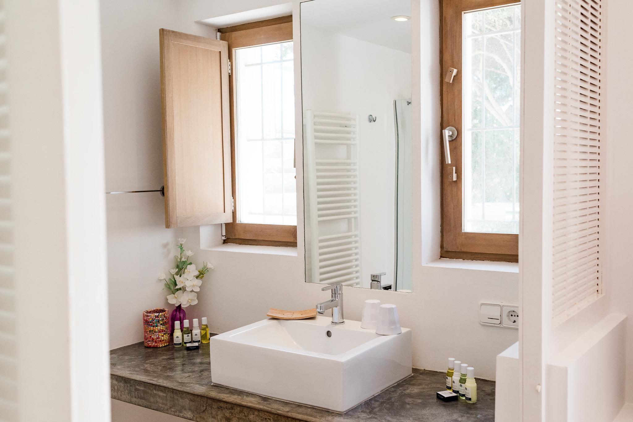 https://www.white-ibiza.com/wp-content/uploads/2020/06/white-ibiza-villas-casa-nyah-interior-bathroom.jpg