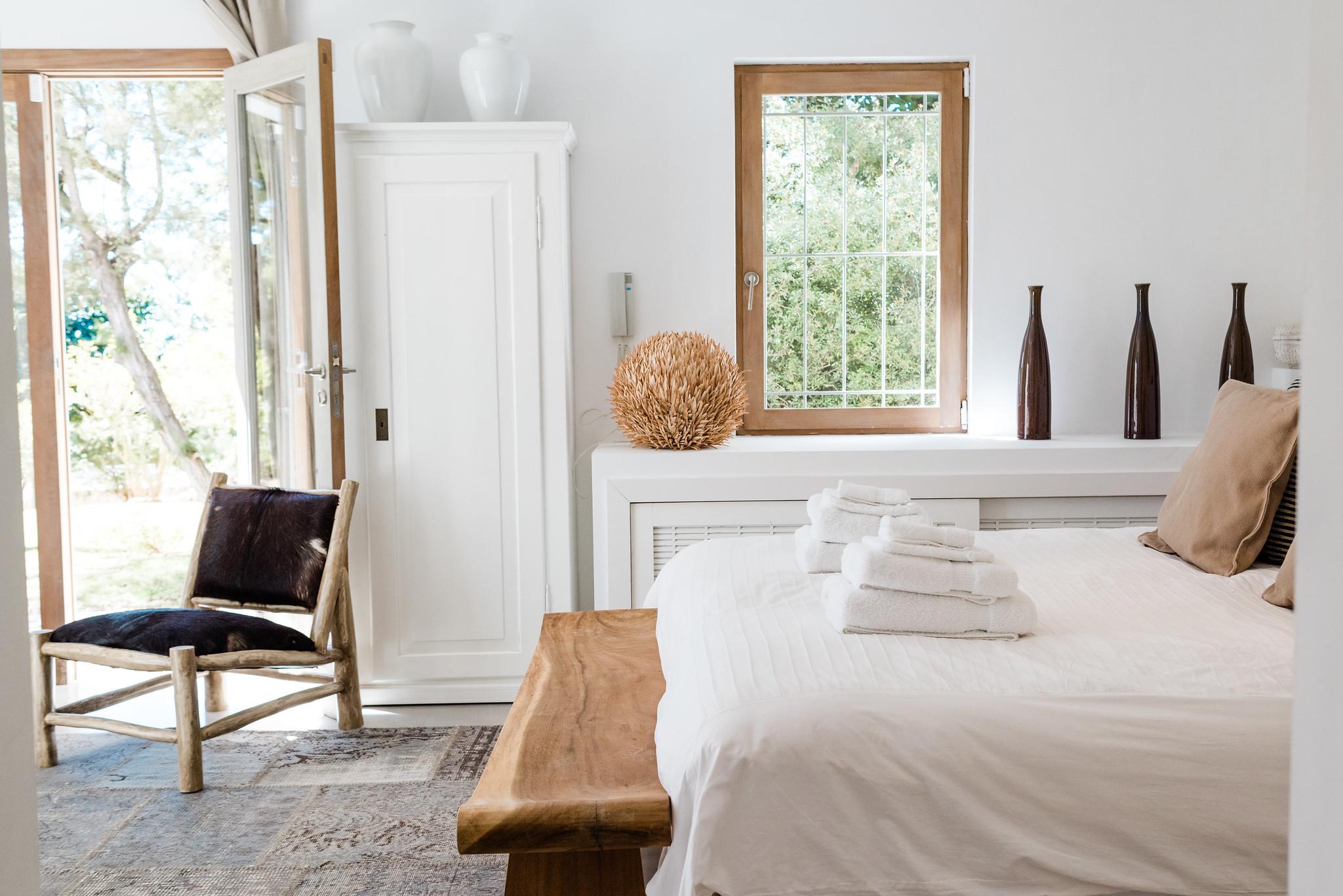 https://www.white-ibiza.com/wp-content/uploads/2020/06/white-ibiza-villas-casa-nyah-interior-bedroom-7.jpg