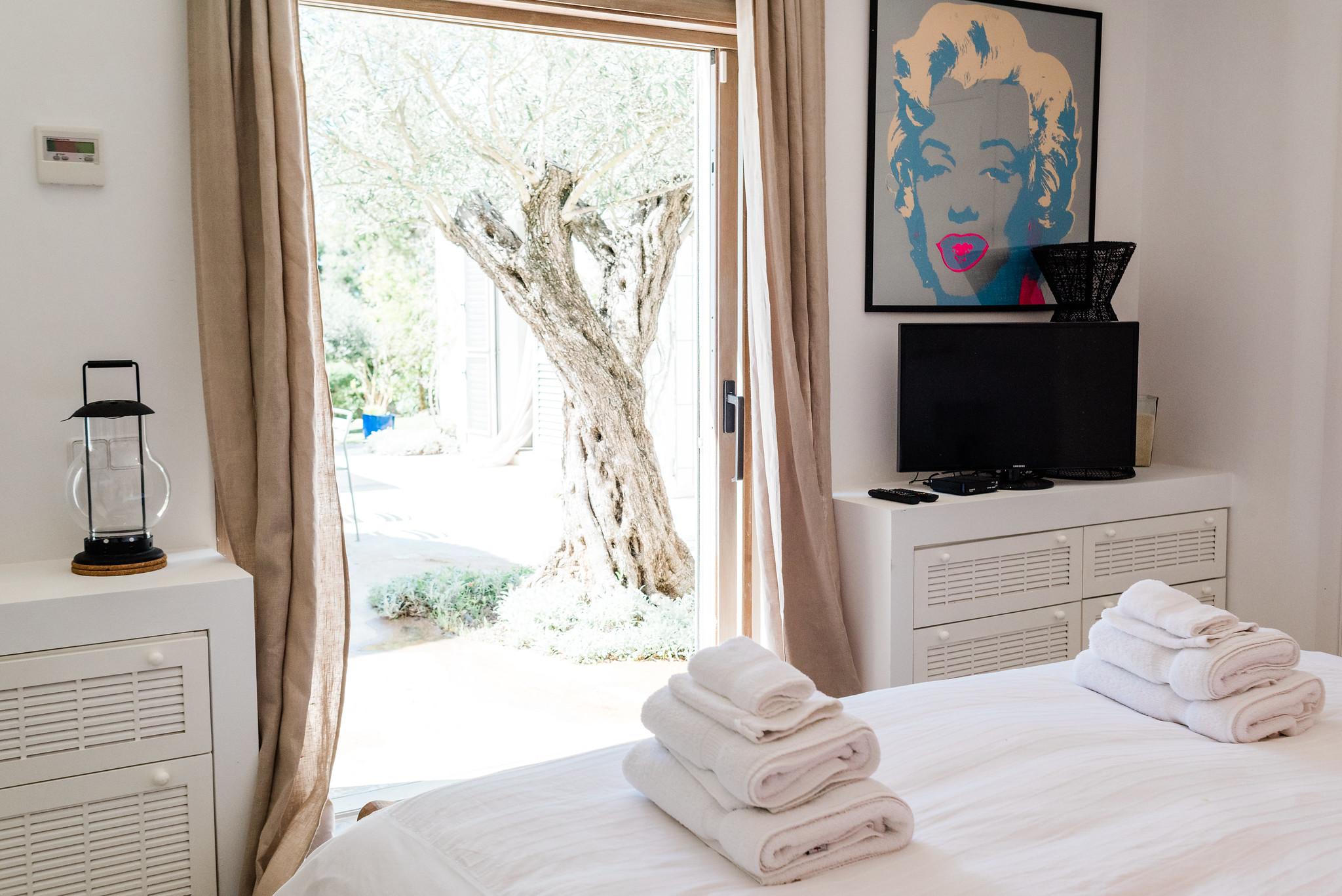 https://www.white-ibiza.com/wp-content/uploads/2020/06/white-ibiza-villas-casa-nyah-interior-bedroom.jpg