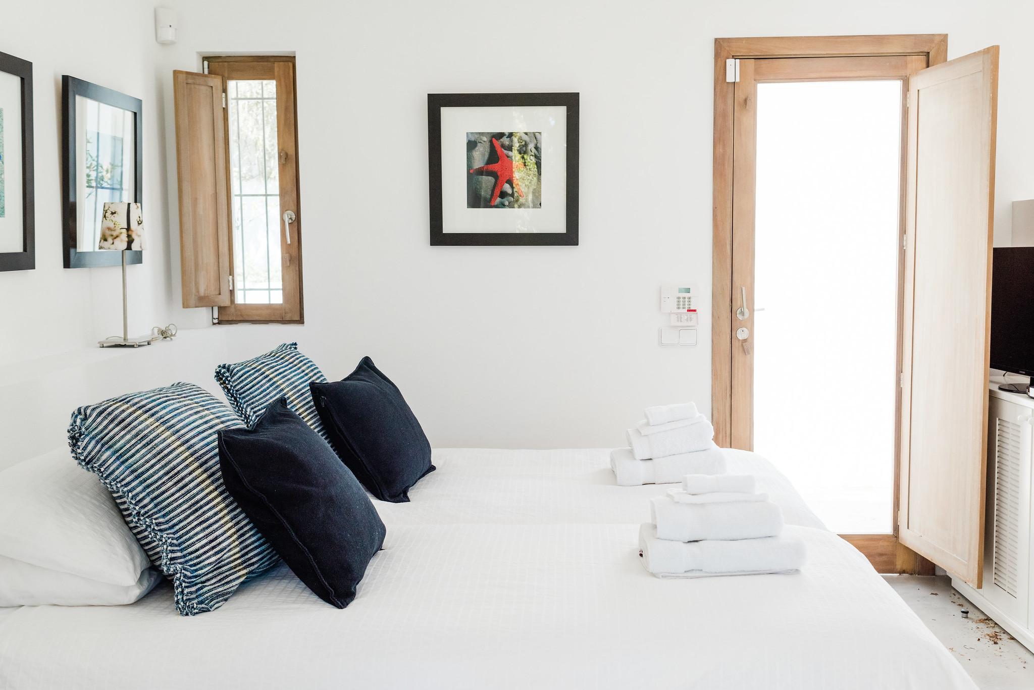 https://www.white-ibiza.com/wp-content/uploads/2020/06/white-ibiza-villas-casa-nyah-interior-bedroom2.jpg