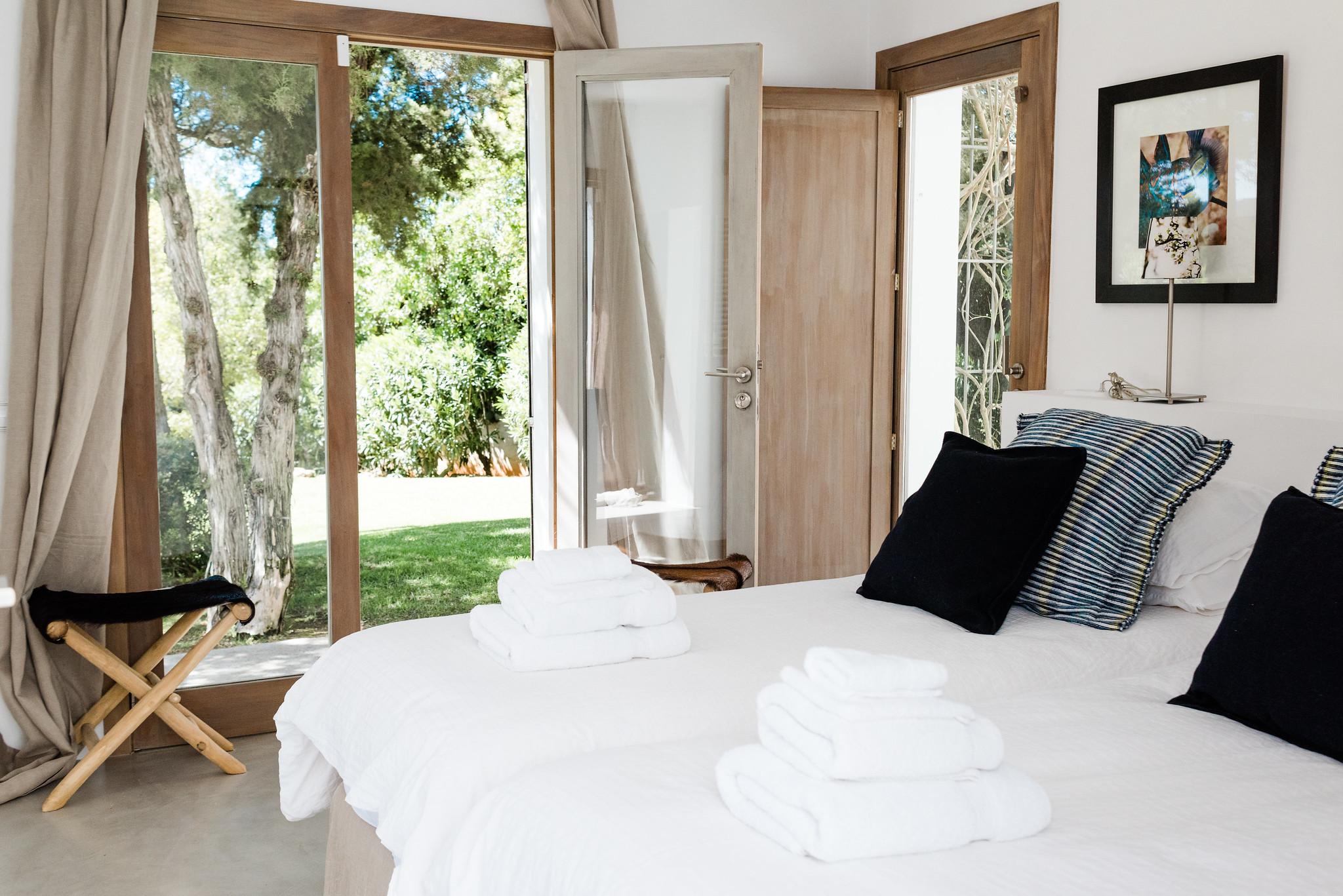 https://www.white-ibiza.com/wp-content/uploads/2020/06/white-ibiza-villas-casa-nyah-interior-bedroom8.jpg