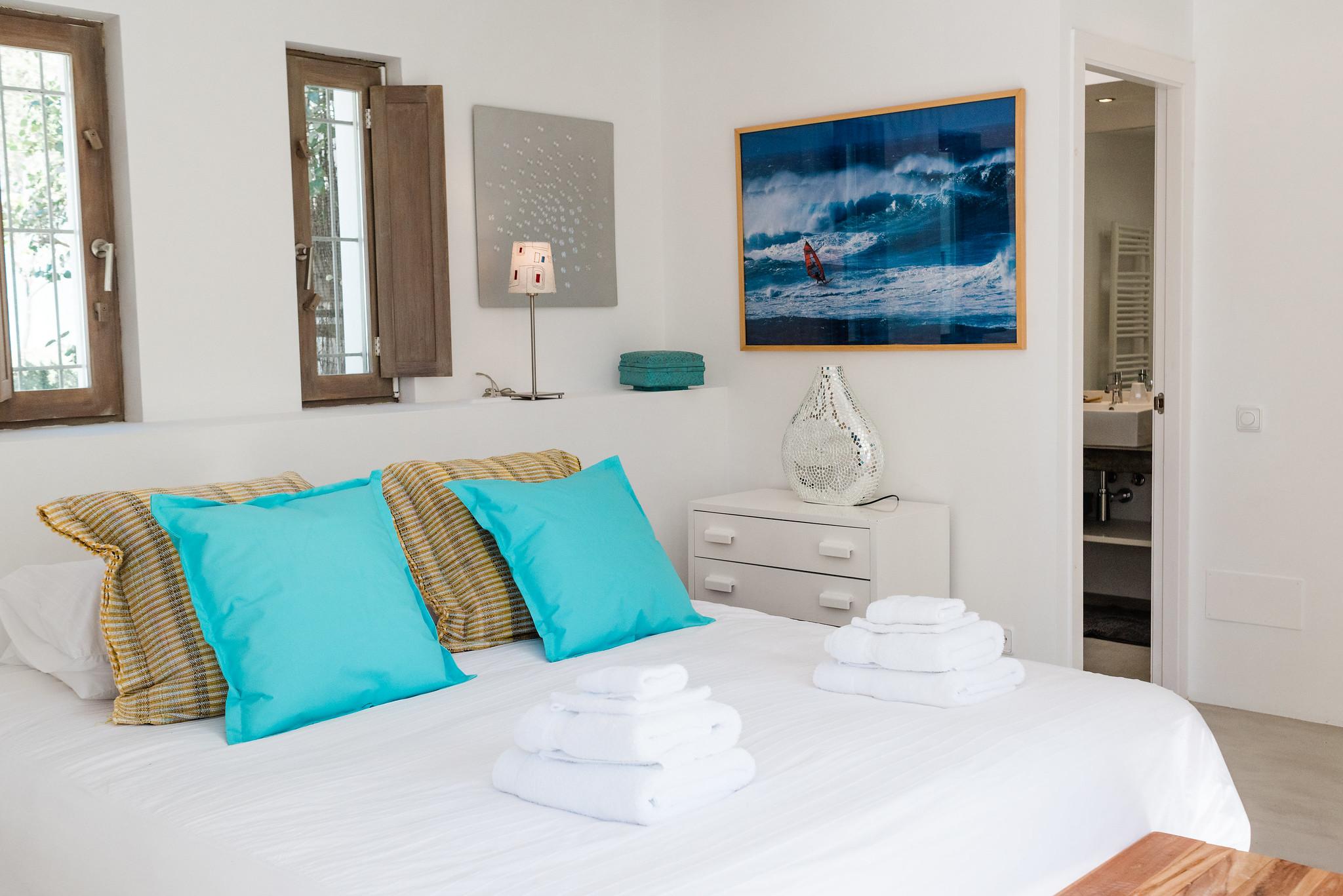 https://www.white-ibiza.com/wp-content/uploads/2020/06/white-ibiza-villas-casa-nyah-interior-bedroom9.jpg