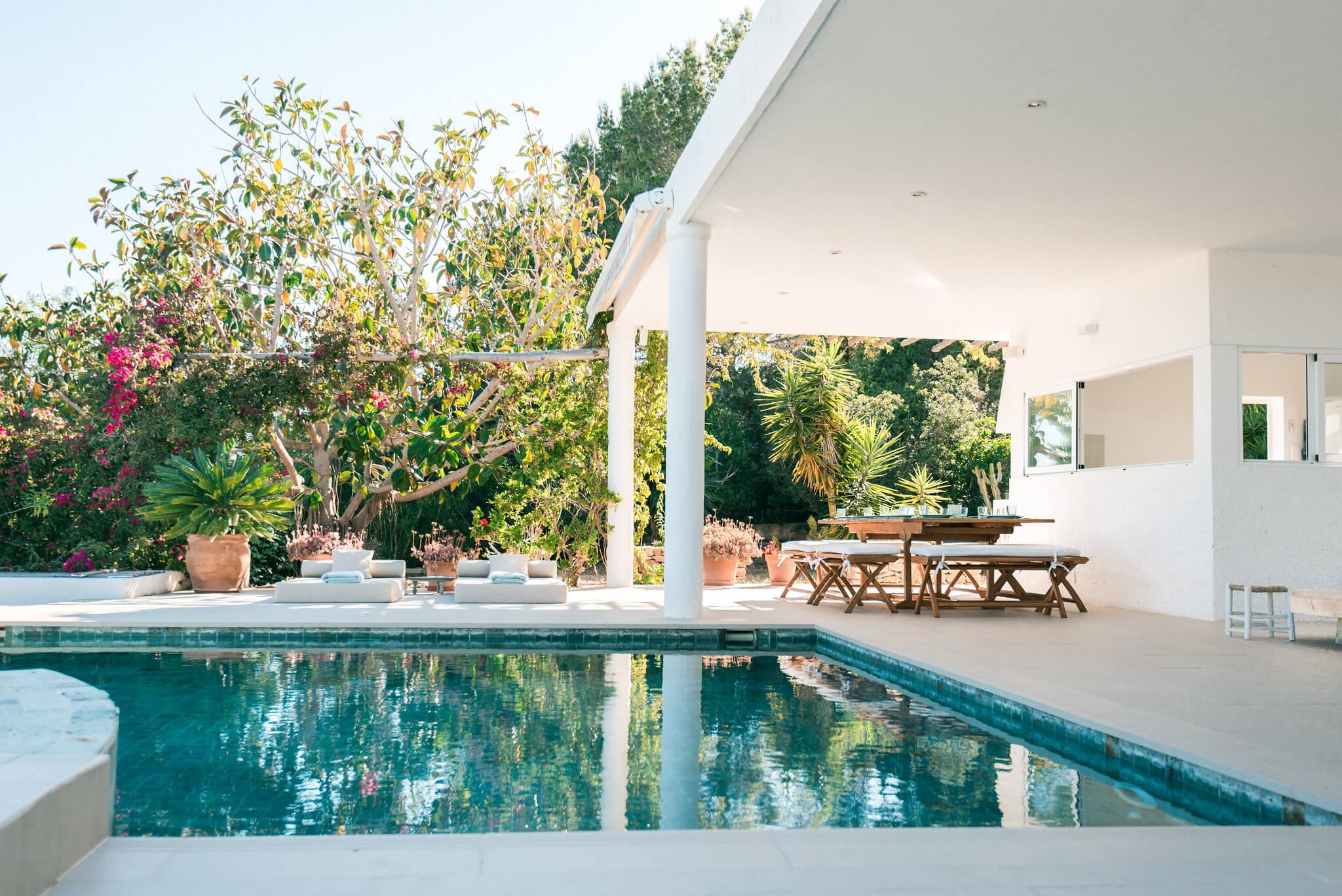 https://www.white-ibiza.com/wp-content/uploads/2020/06/white-ibiza-villas-casa-odette-exterior-pool-evening.jpg