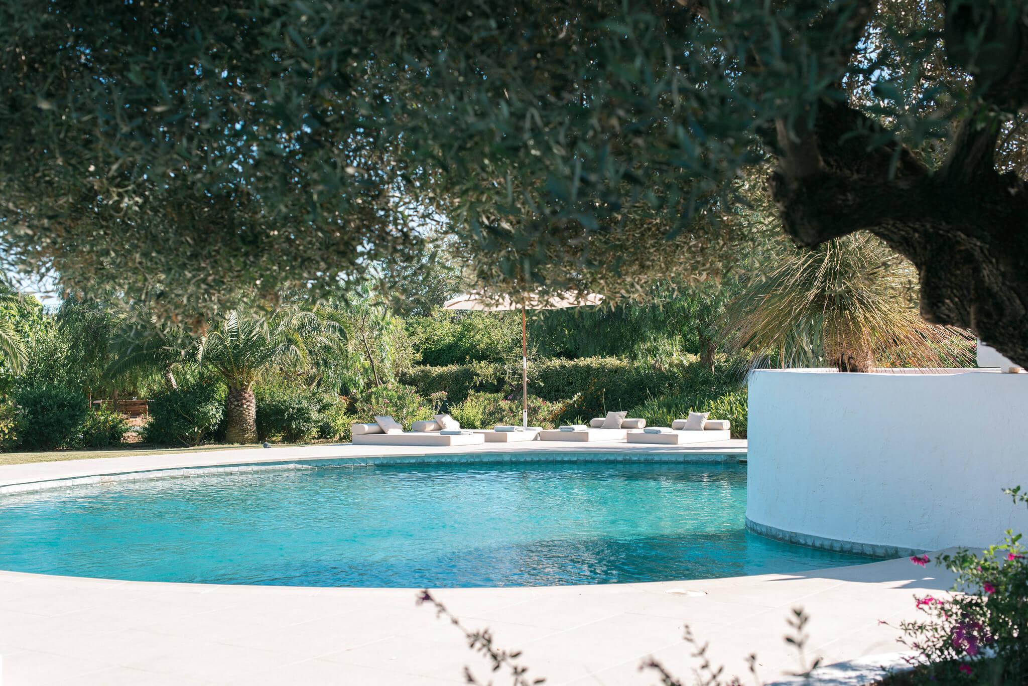 https://www.white-ibiza.com/wp-content/uploads/2020/06/white-ibiza-villas-casa-odette-exterior-pool-side.jpg