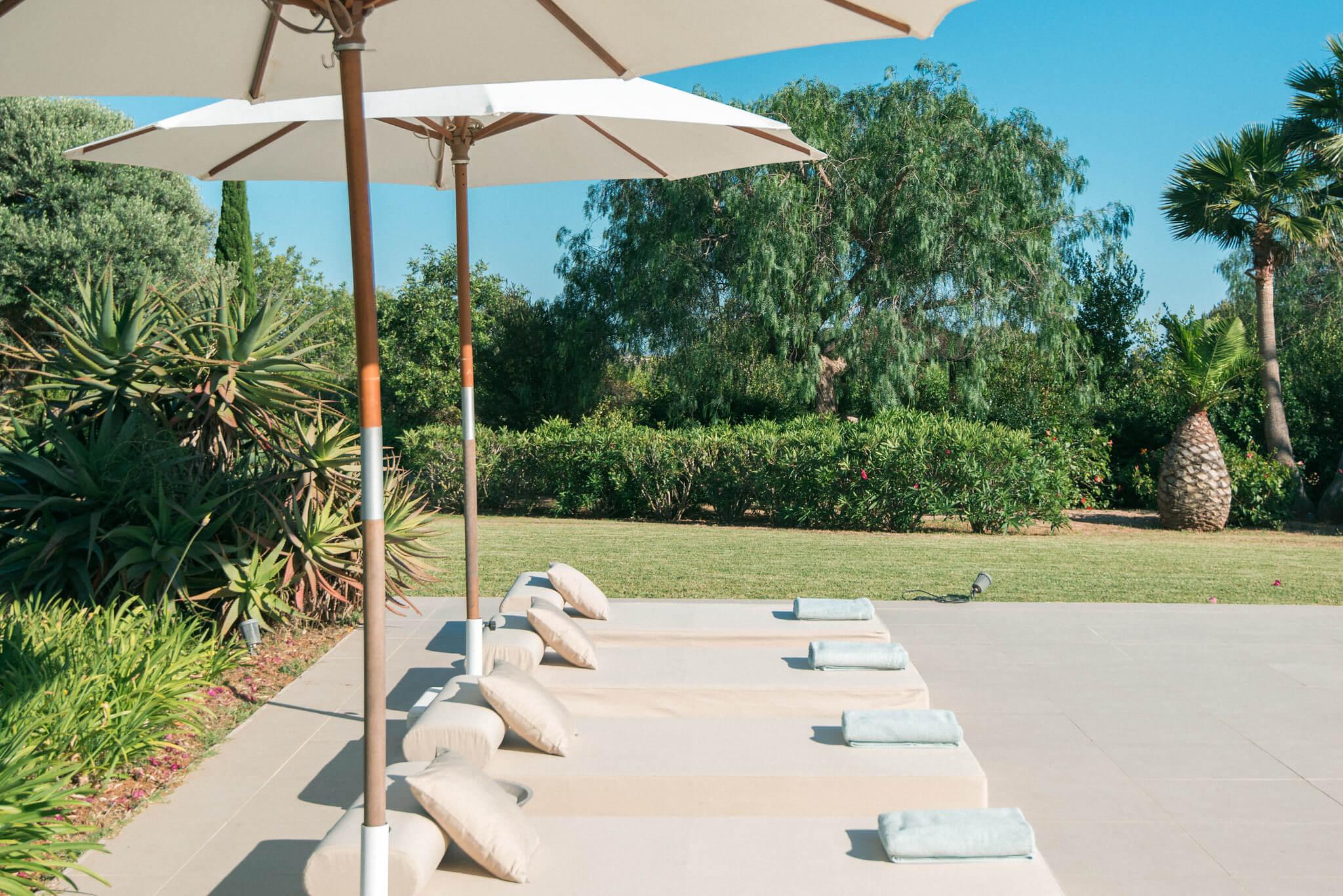 https://www.white-ibiza.com/wp-content/uploads/2020/06/white-ibiza-villas-casa-odette-exterior-sunloungers.jpg