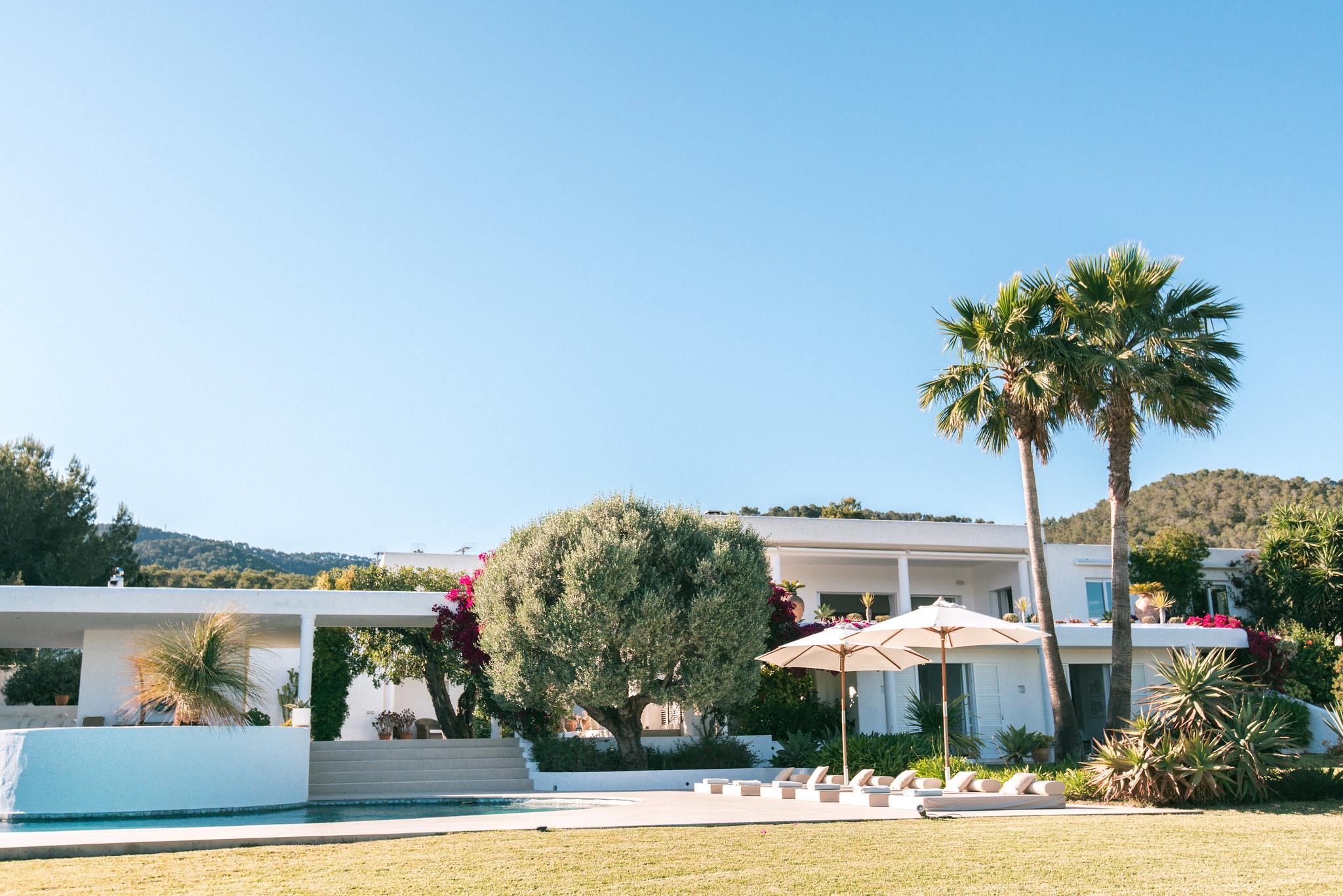https://www.white-ibiza.com/wp-content/uploads/2020/06/white-ibiza-villas-casa-odette-exterior-view-back-to-house.jpg