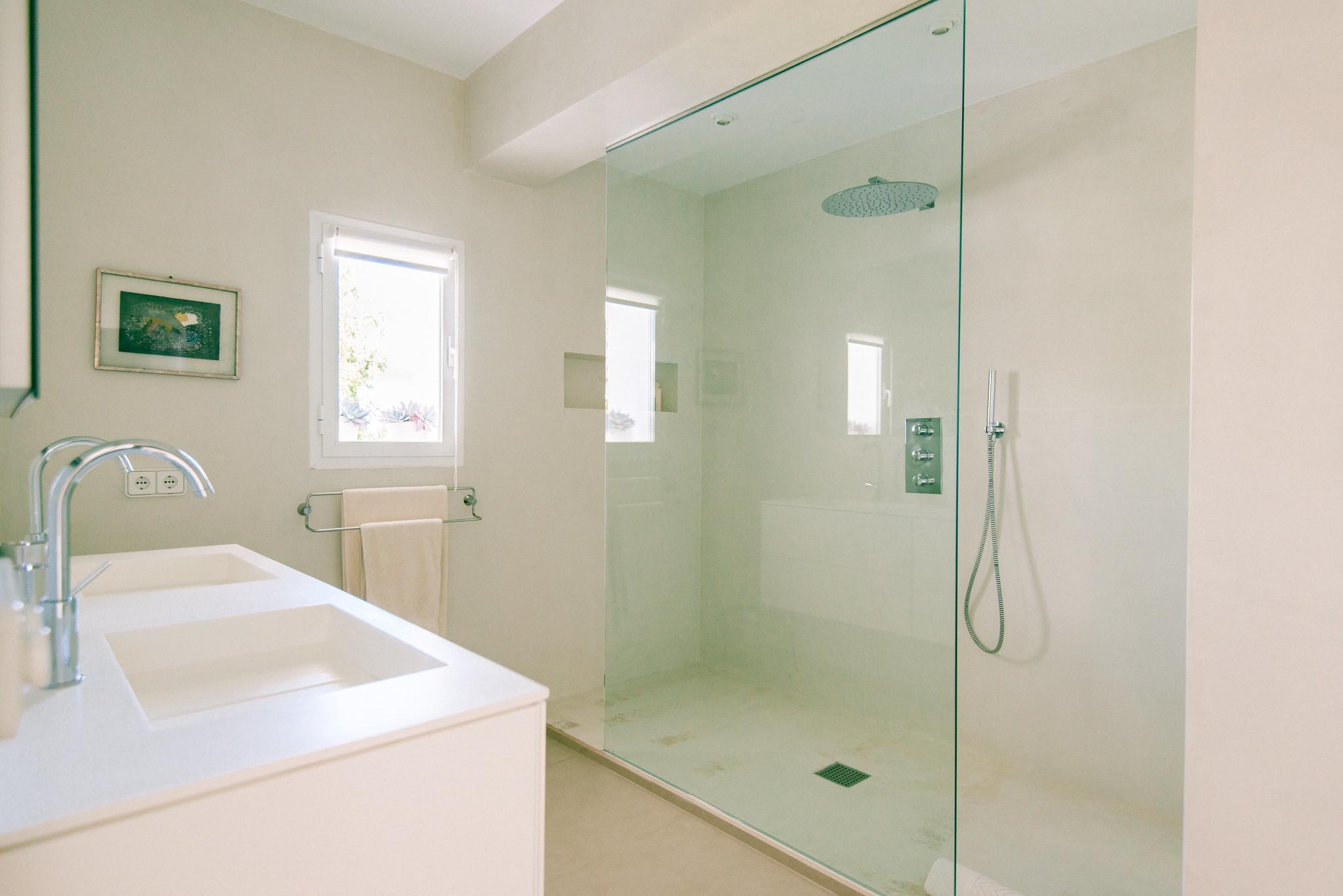 https://www.white-ibiza.com/wp-content/uploads/2020/06/white-ibiza-villas-casa-odette-interior-bathroom.jpg