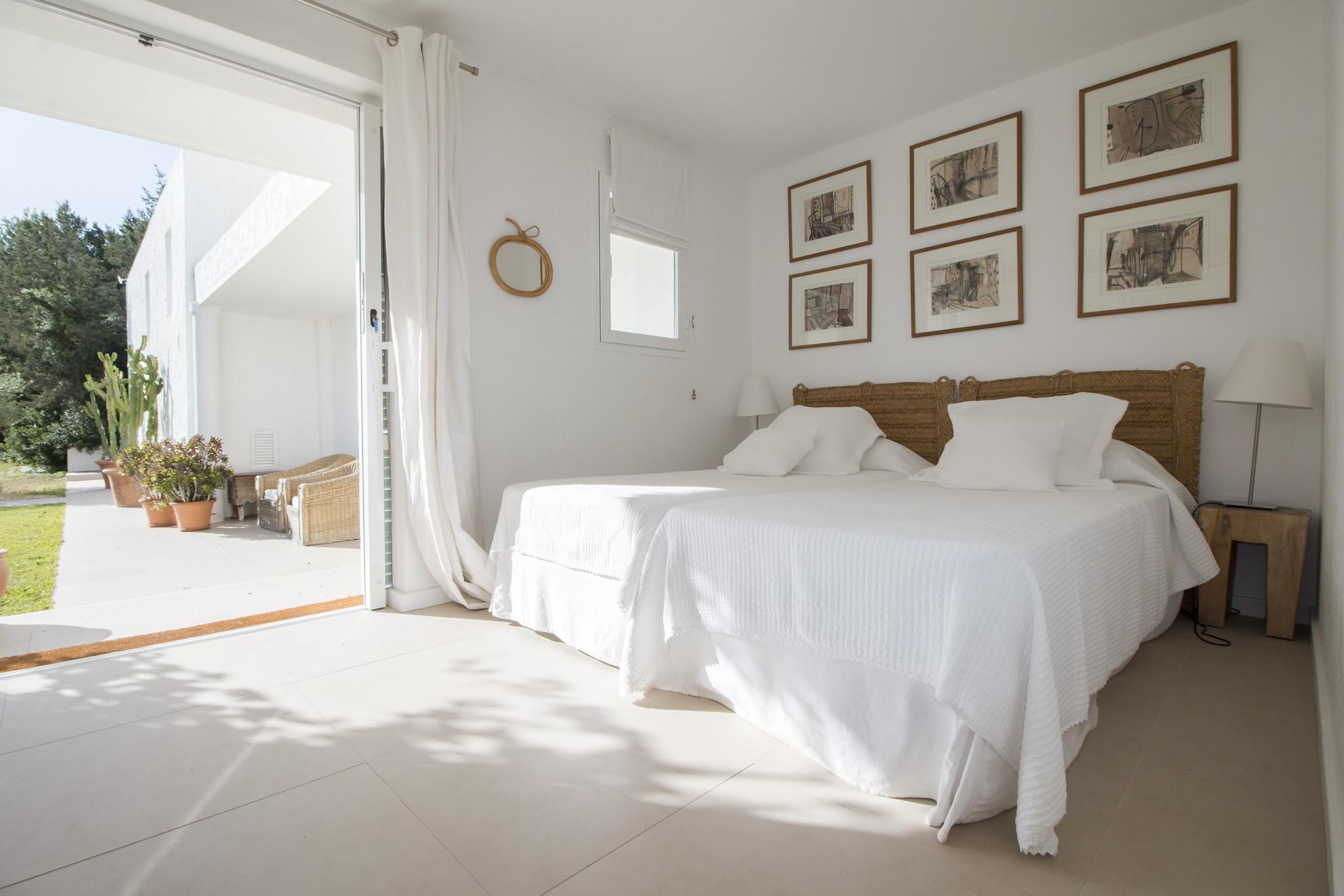 https://www.white-ibiza.com/wp-content/uploads/2020/06/white-ibiza-villas-casa-odette-interior-bedroom.jpg