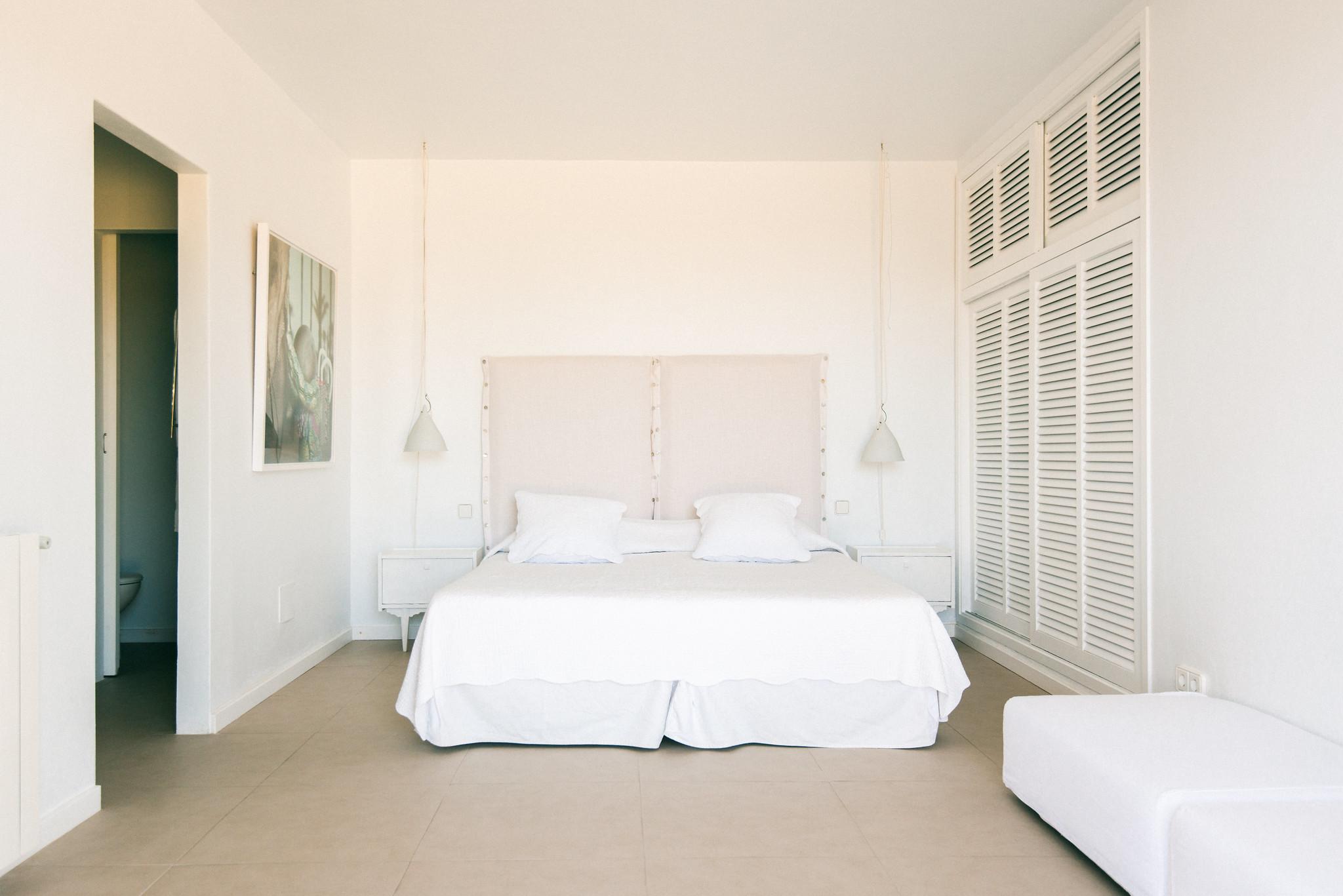 https://www.white-ibiza.com/wp-content/uploads/2020/06/white-ibiza-villas-casa-odette-interior-bedroom7.jpg