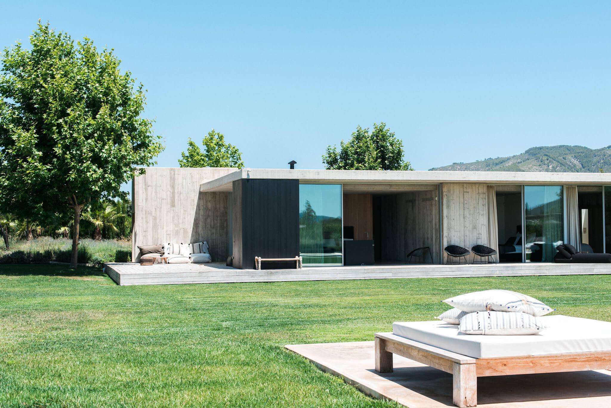 https://www.white-ibiza.com/wp-content/uploads/2020/06/white-ibiza-villas-casa-valentina-exterior-daybed.jpg